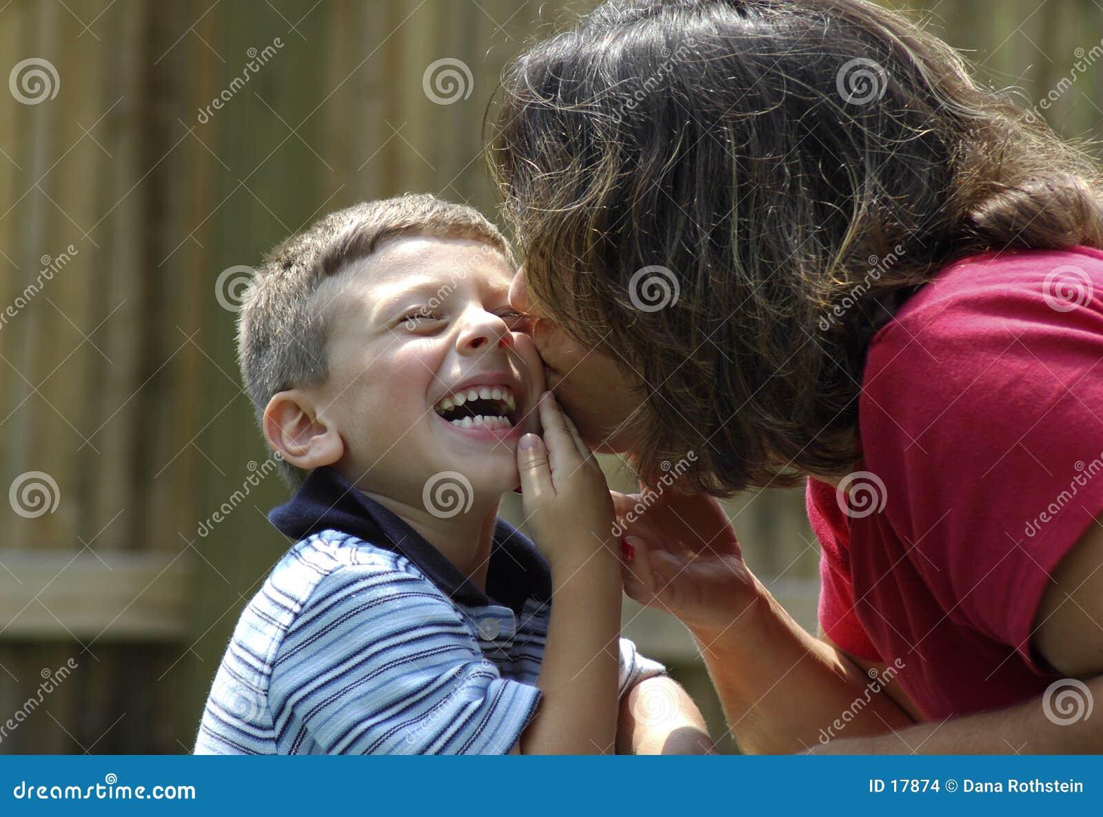 Madre che bacia bambino
