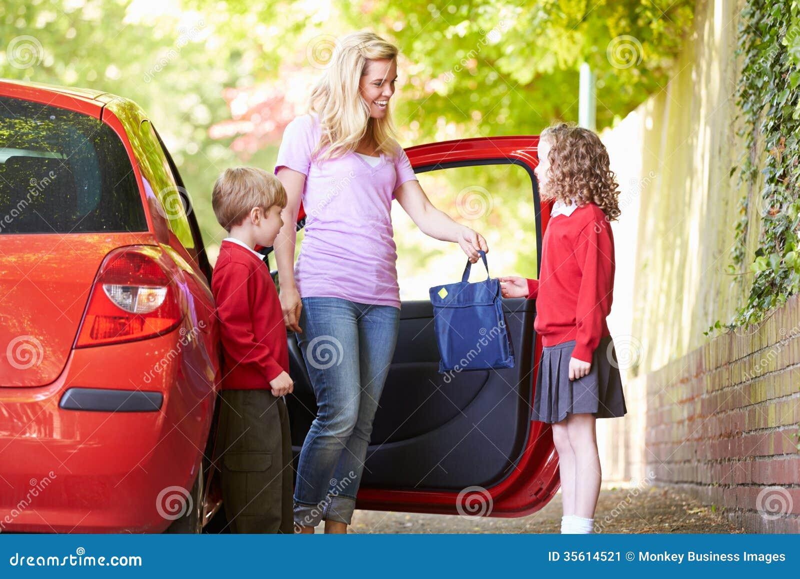 Madre che guida alla scuola con i bambini