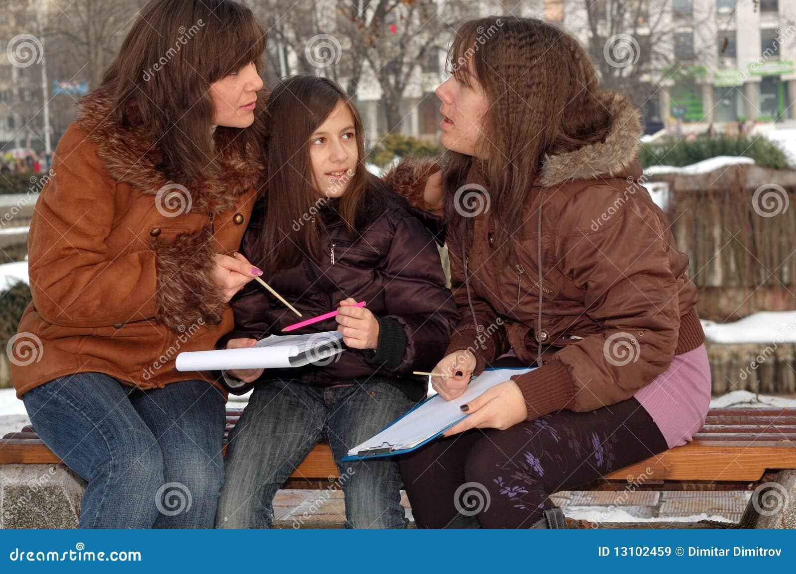 Madre che insegna alle sue figlie