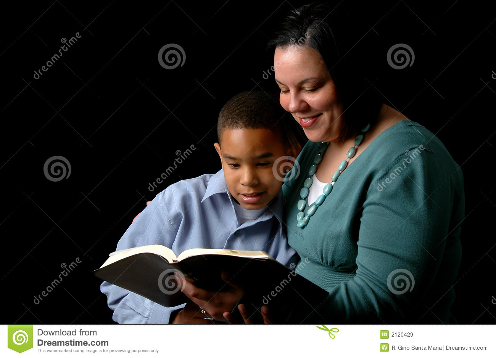 Madre che legge al figlio