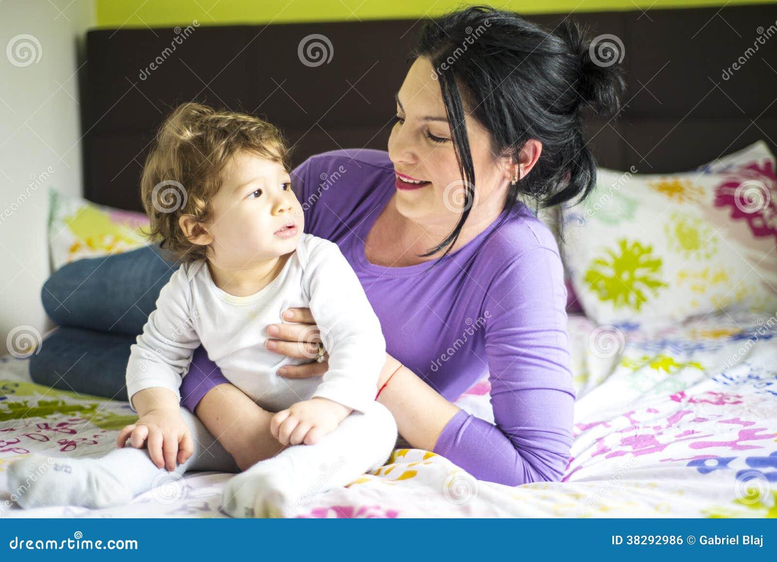 Madre che parla con il figlio del bambino a letto - A letto con mio figlio ...