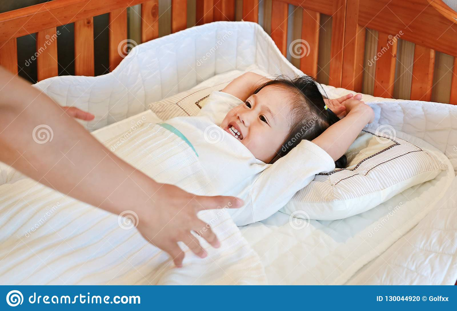 Madre che prende figlia per dormire sul letto ad ora di andare a letto