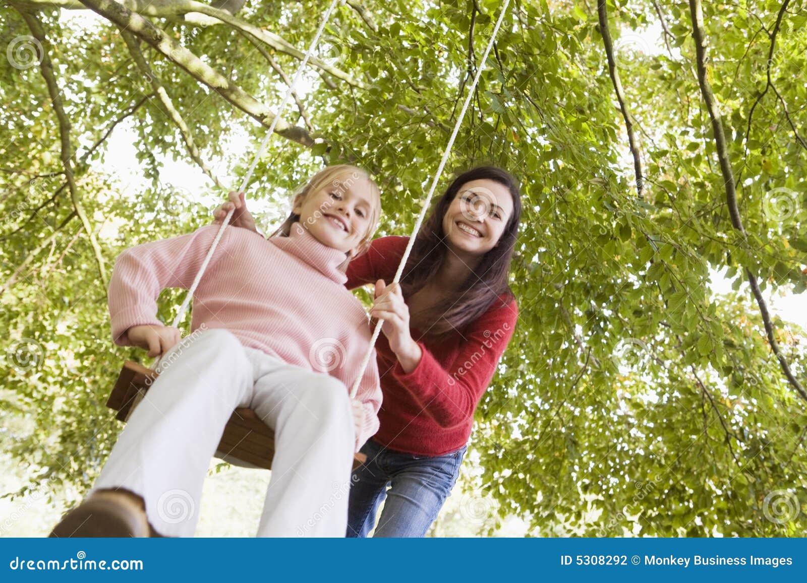 Download Madre Che Spinge Figlia Su Oscillazione Fotografia Stock - Immagine di vecchio, attivo: 5308292