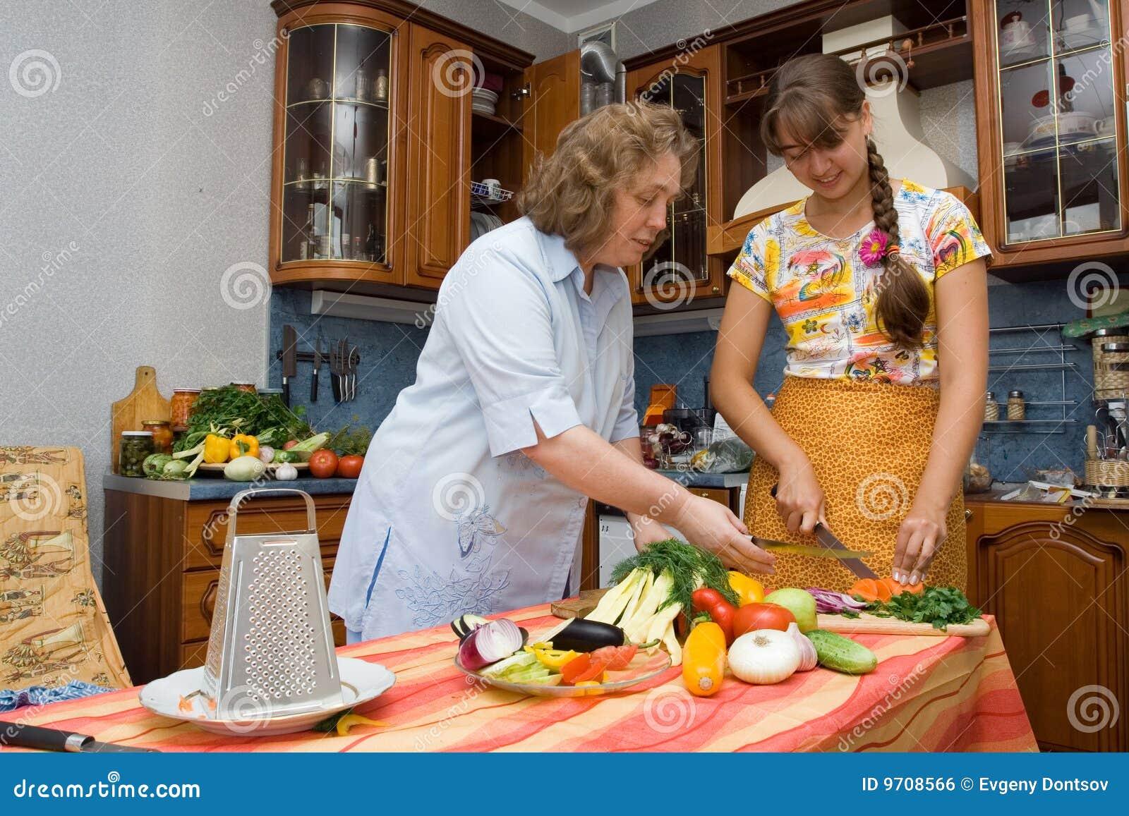 Madre con cocinar de la hija