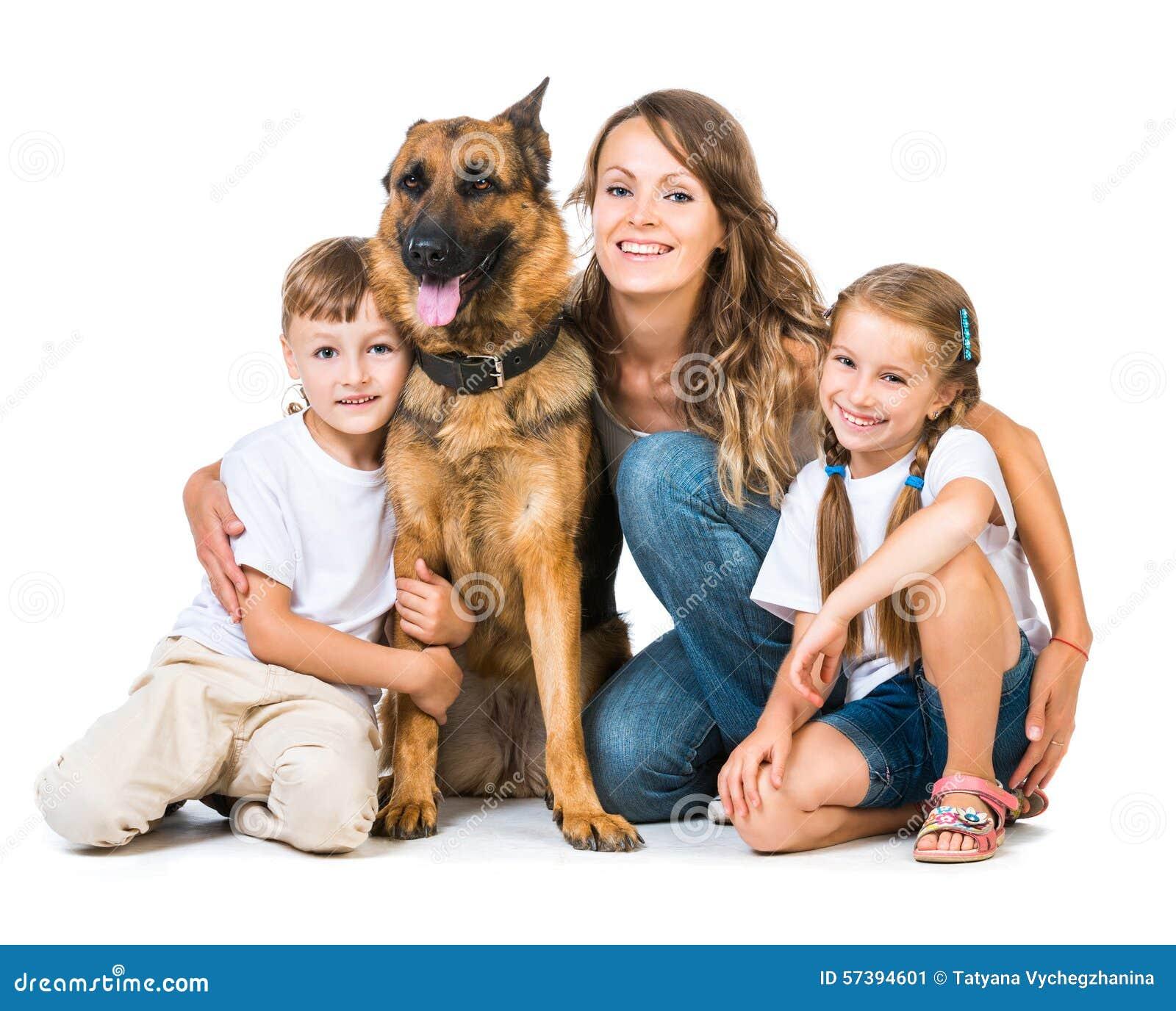 Madre con dos niños y su pastor
