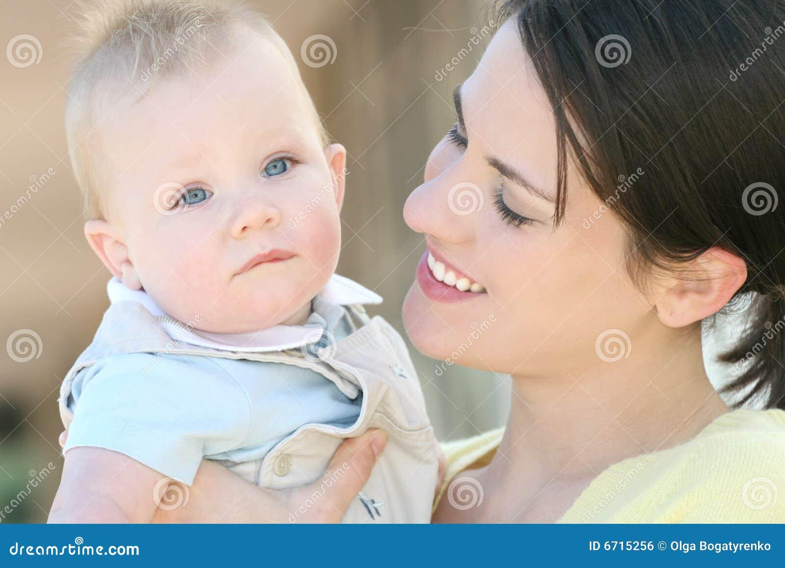 Madre con el bebé adorable - familia feliz