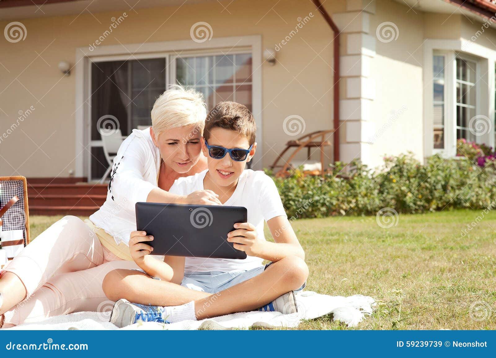 Download Madre Con El Hijo Al Aire Libre Con La Tableta Imagen de archivo - Imagen de enjoying, moderno: 59239739