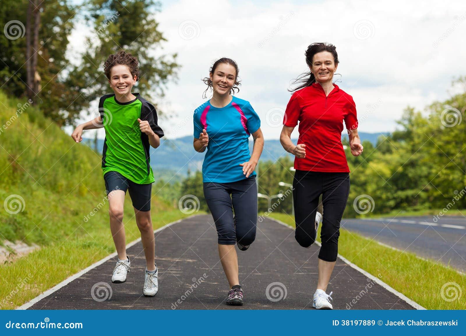 Madre con i bambini che corrono nel parco