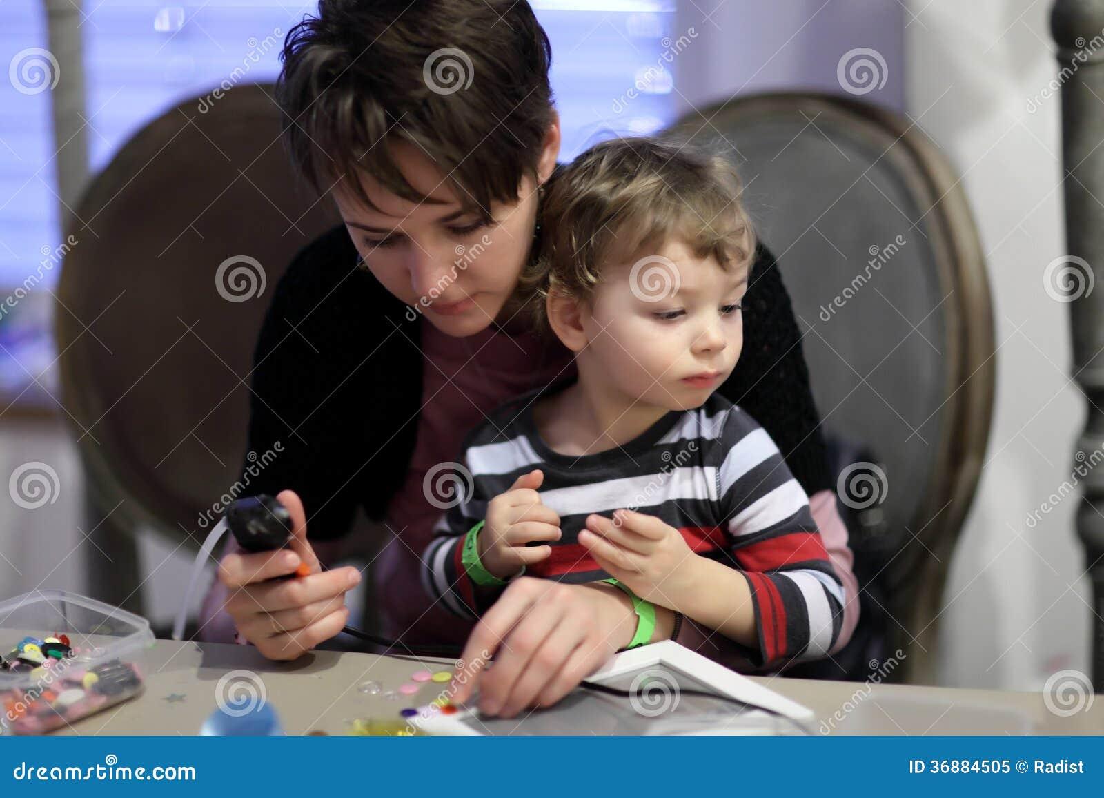 Download Madre Con Il Figlio Che Decora La Struttura Della Foto Immagine Stock - Immagine di scintillio, creatività: 36884505