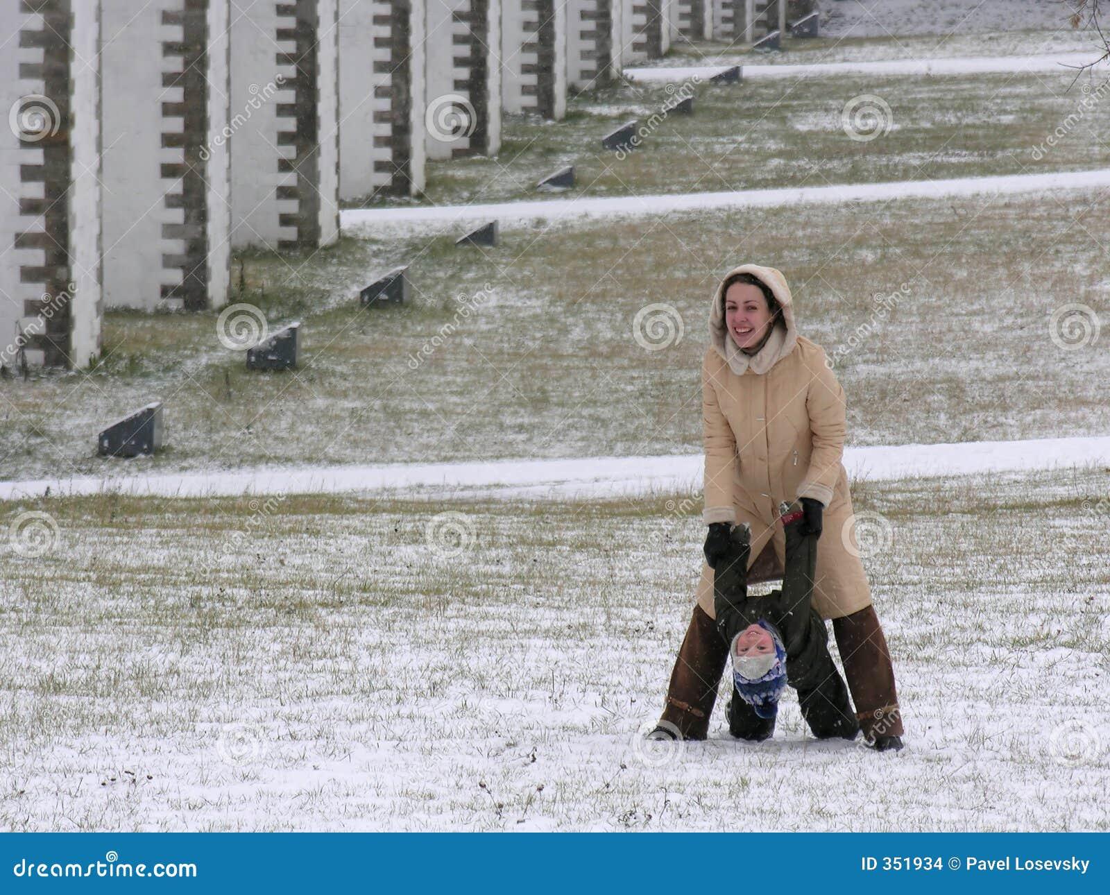 Madre con il gioco del figlio. inverno
