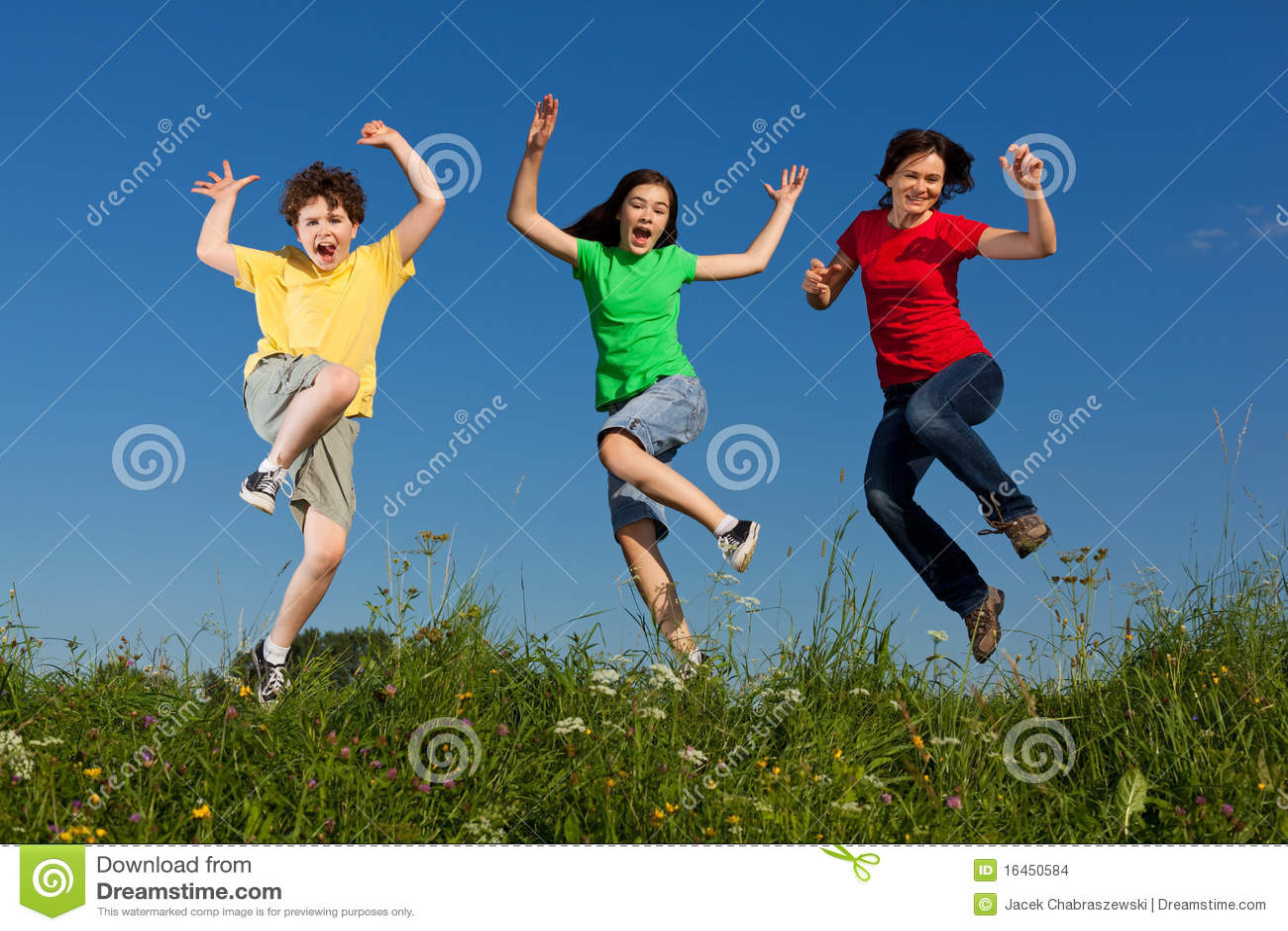 Madre con il salto dei bambini