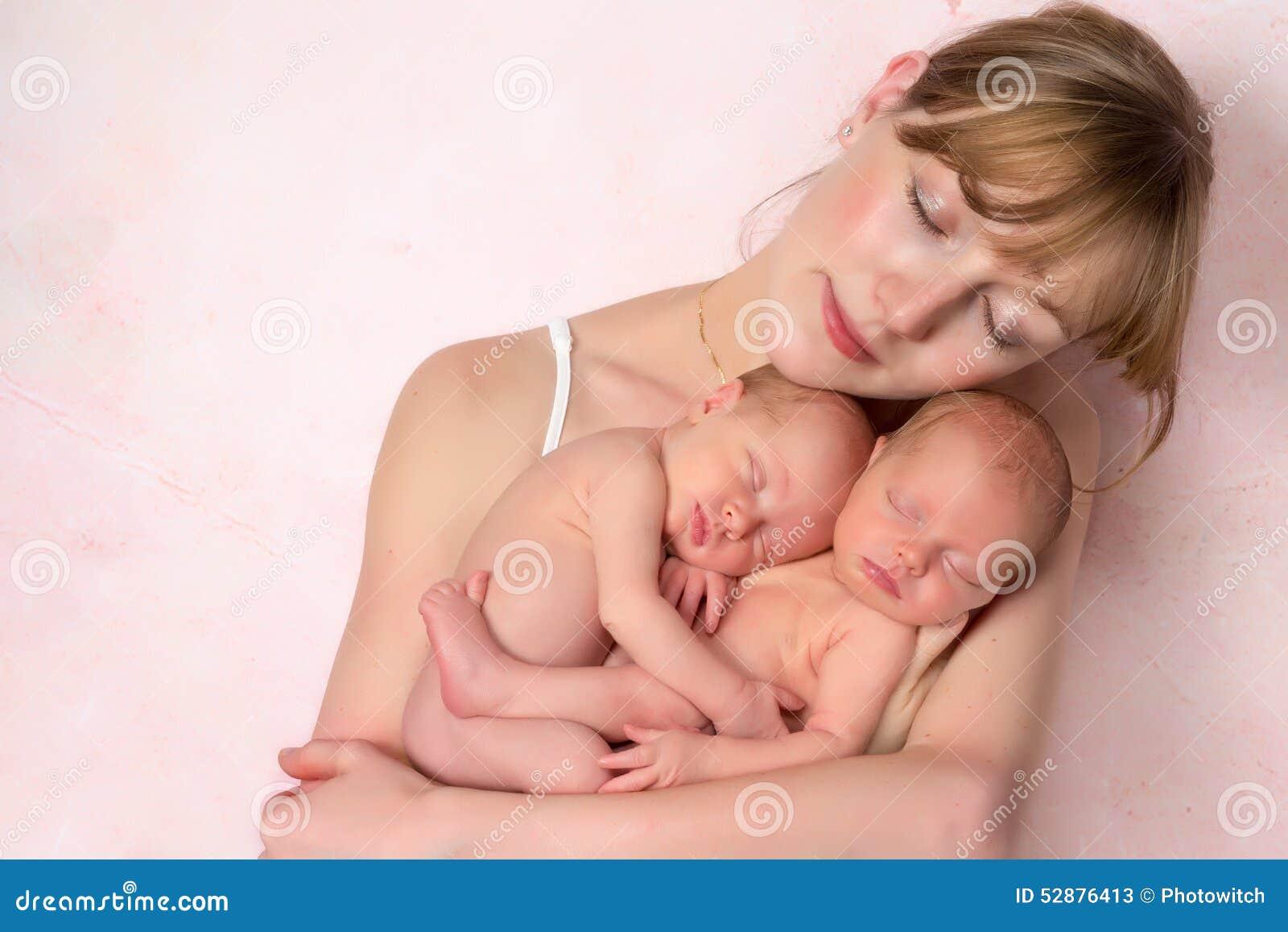 Madre con los gemelos recién nacidos del bebé