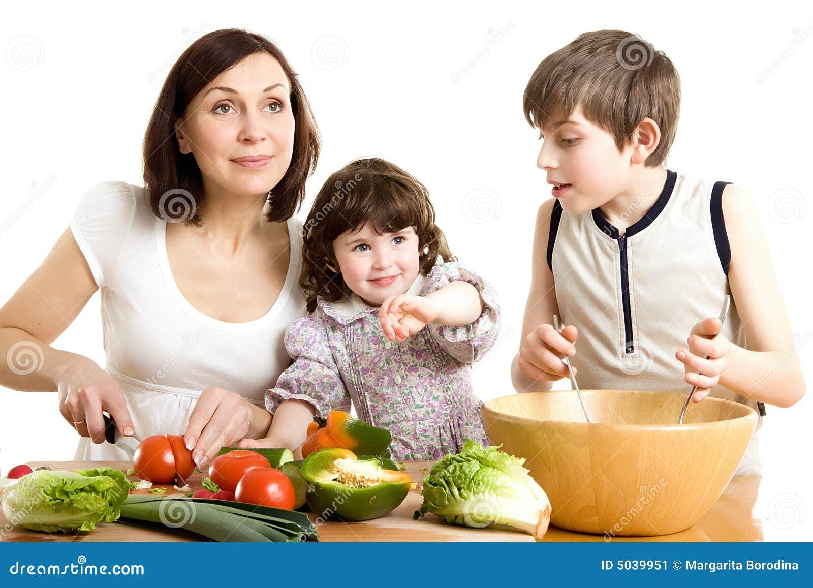 Madre e bambini che cucinano alla cucina immagine stock - Bambine che cucinano ...