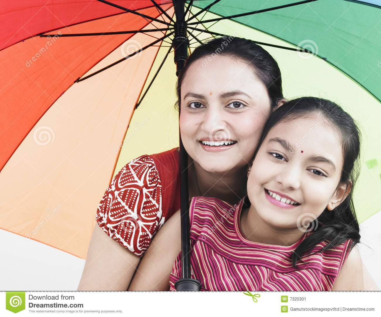 Madre e bambino ed ombrello