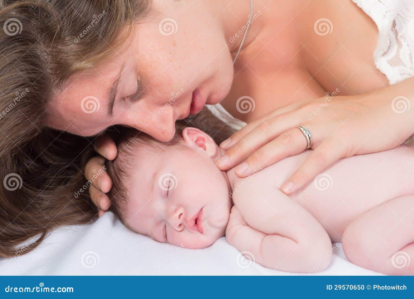 Madre e bambino teneri di momento