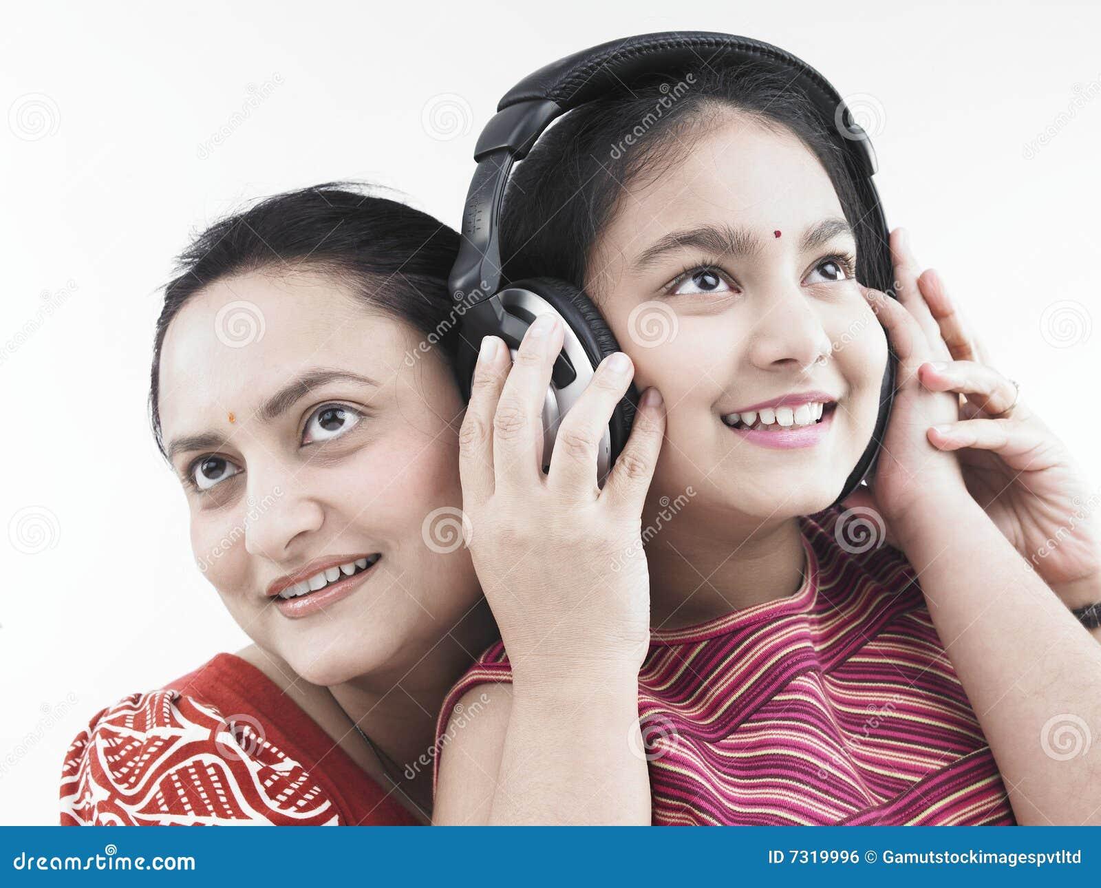 Download Madre e figlia fotografia stock. Immagine di headset, godere - 7319996