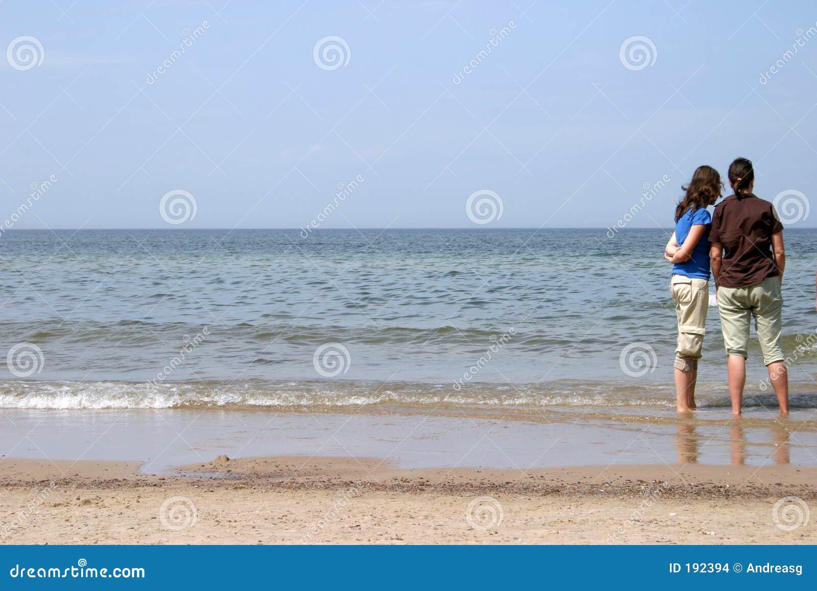Madre e figlia al mare