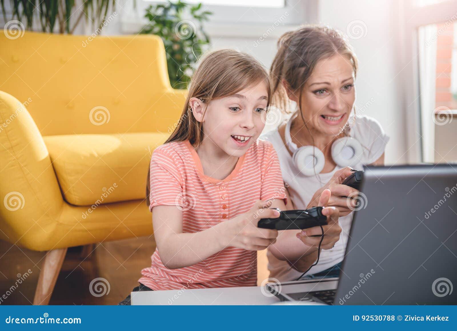 Madre e figlia che giocano i video giochi