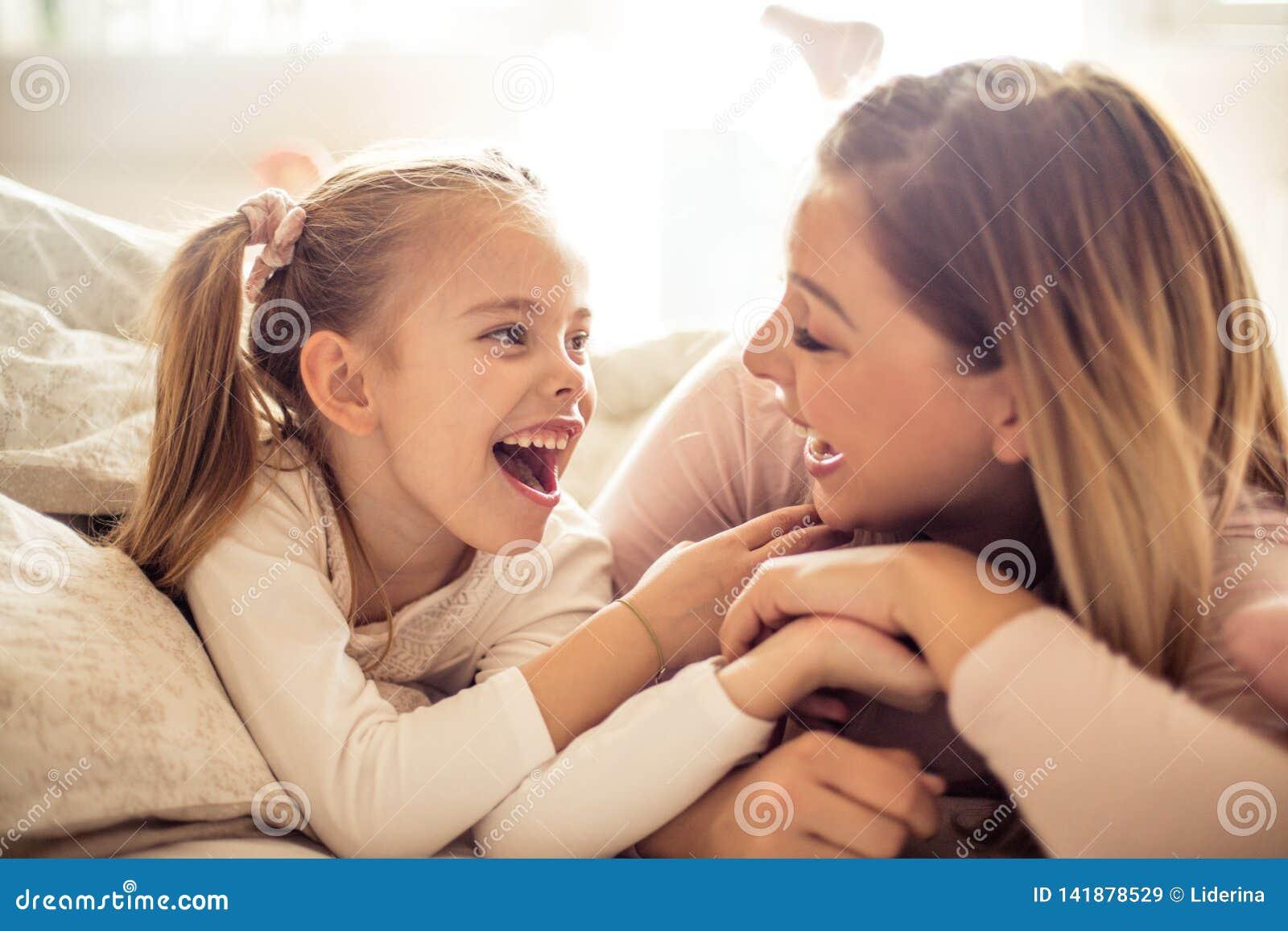 Madre e figlia che hanno conversazione a letto
