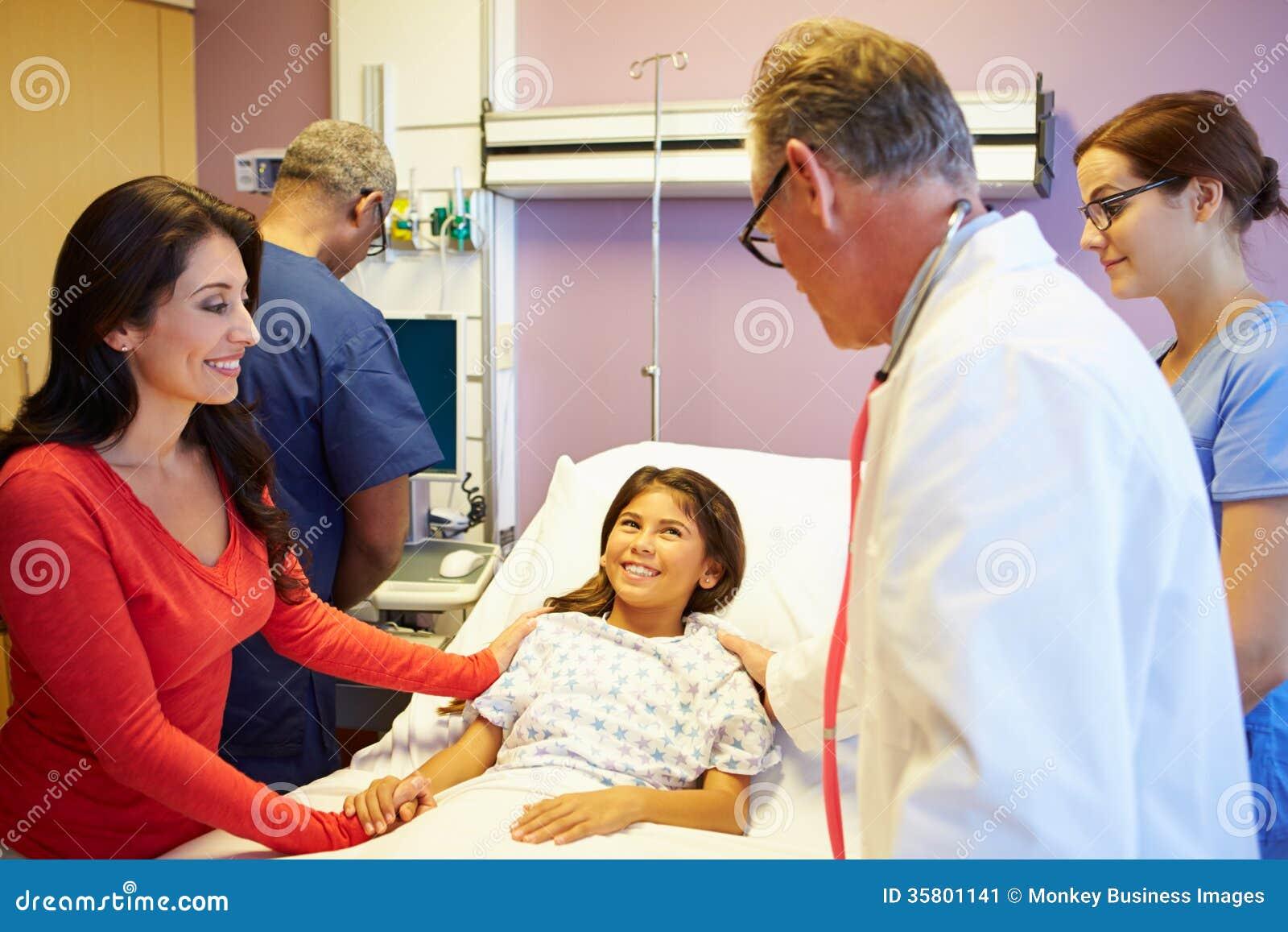 Madre e figlia con il personale medico nella stanza di ospedale