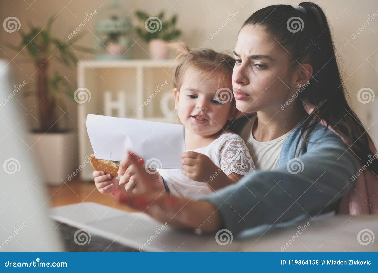 Madre e figlia nel paese