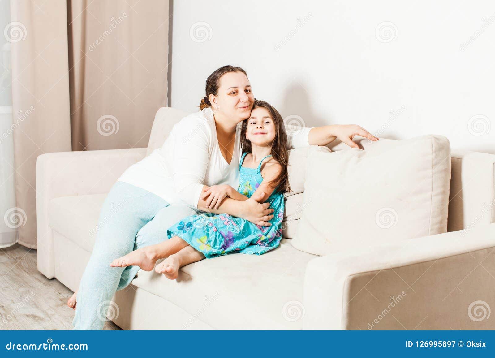 Madre e figlia nel salone