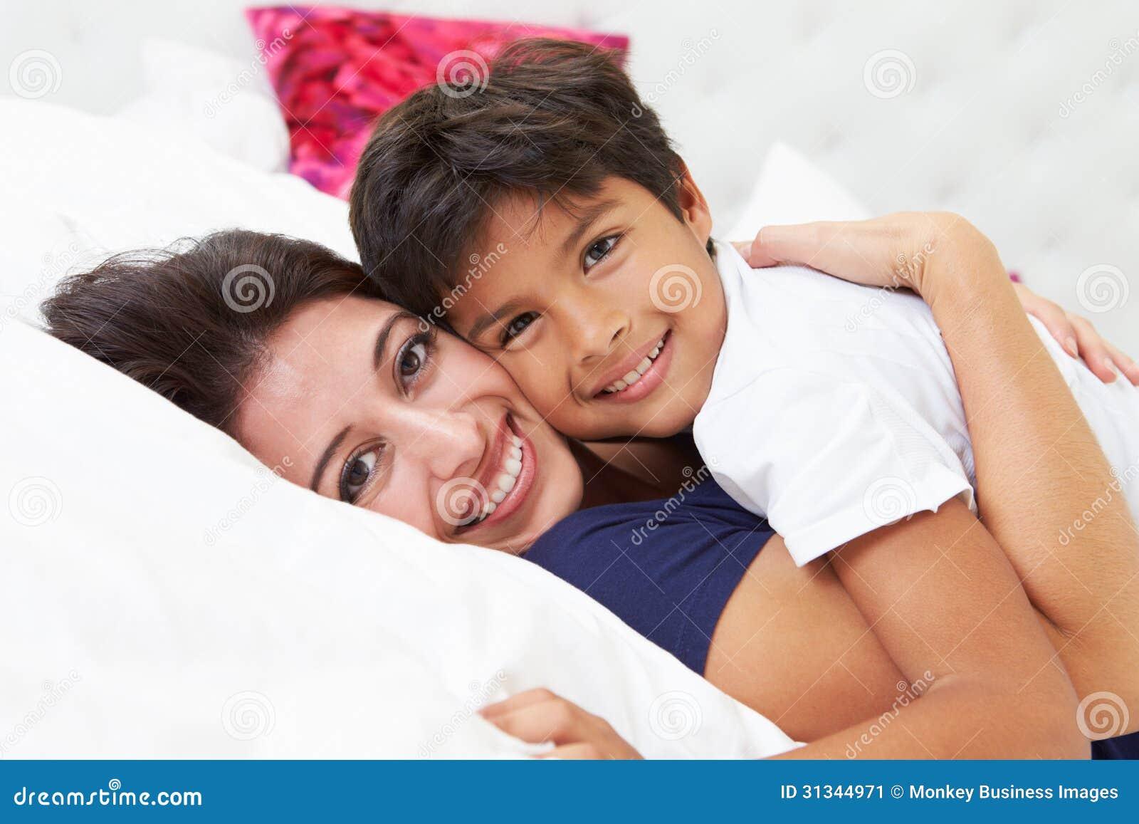 Madre e figlio che si trovano a letto insieme immagine stock immagine 31344971 - Giochi che si baciano a letto ...