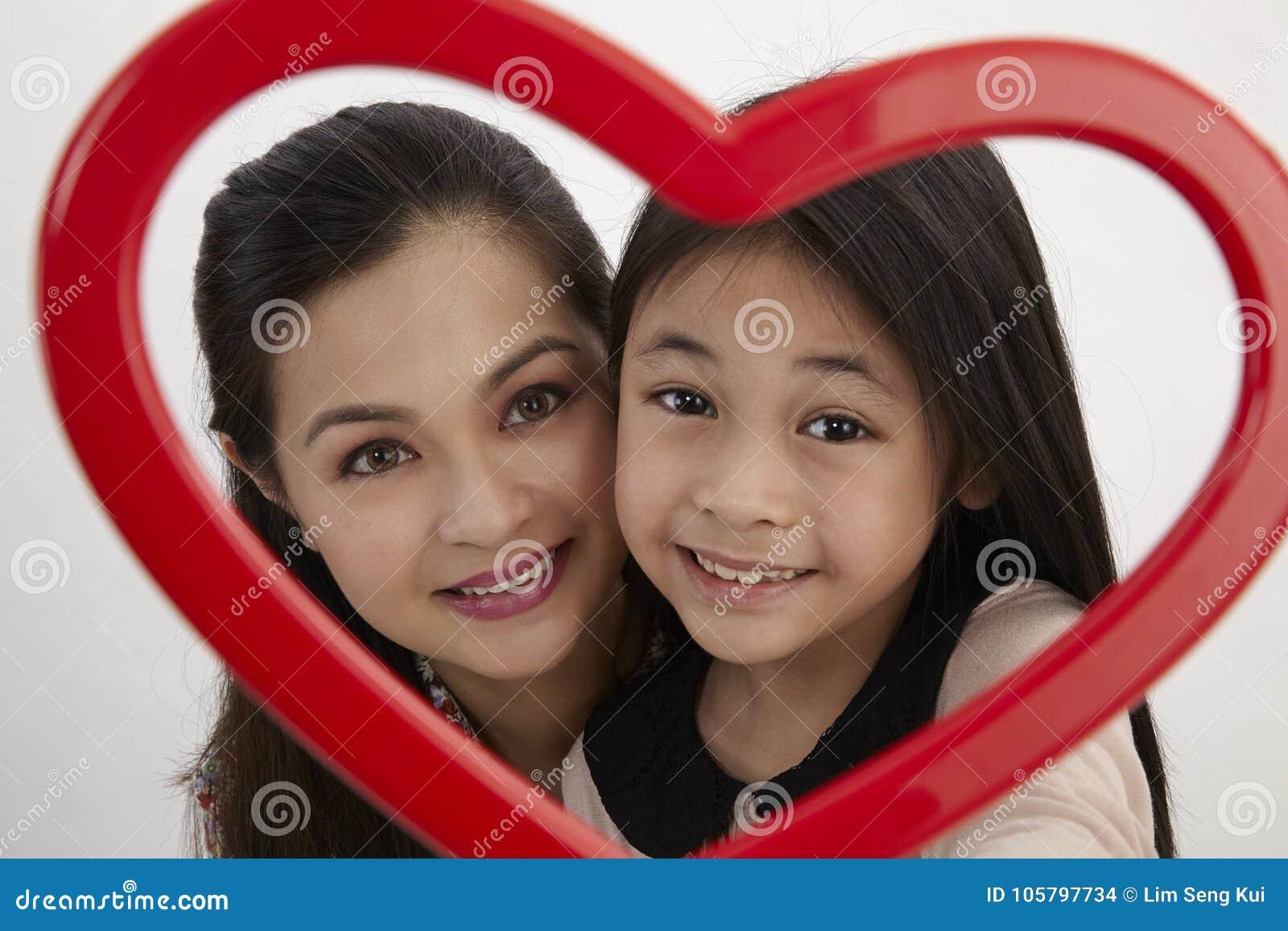 Madre e hija foto de archivo. Imagen de shape, malay - 105797734