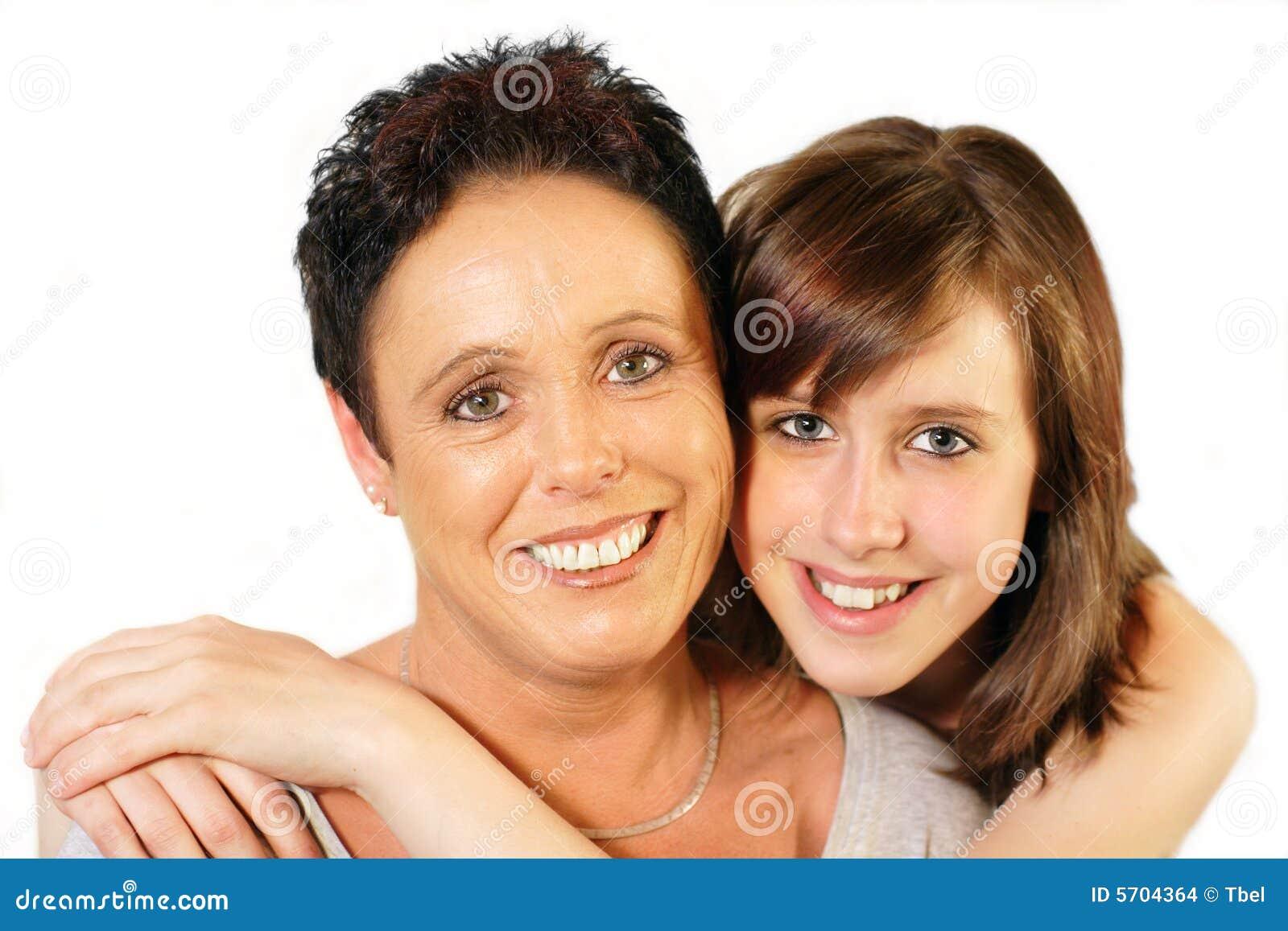 ... de la medio-edad abrazada de hija adolescente en el fondo blanco