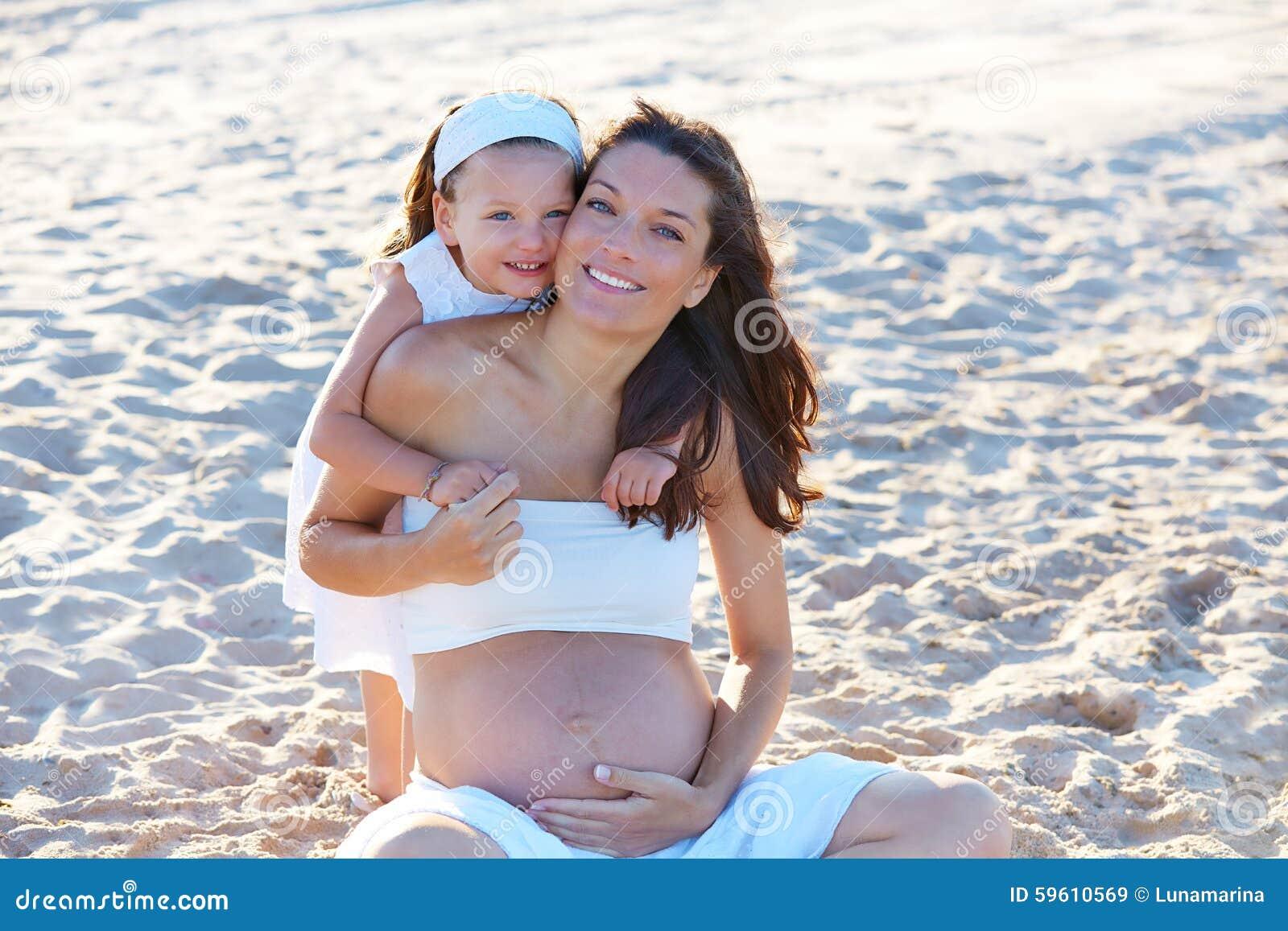 Madre e hija embarazadas en la playa