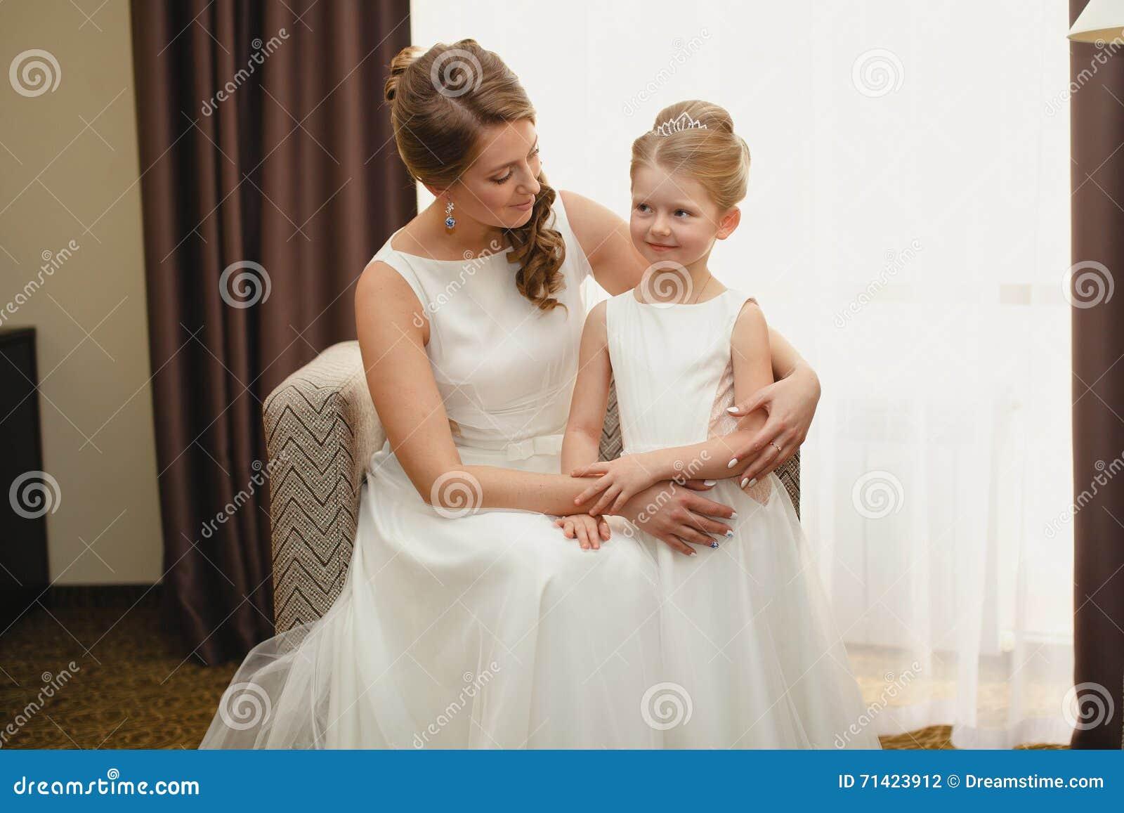 Madre E Hija En Los Mismos Vestidos De Boda Foto de archivo - Imagen ...