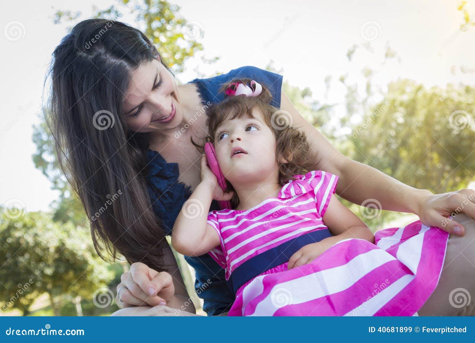 madre e hija linda del beb que juegan con el tel fono celular imagen de archivo imagen 40681899. Black Bedroom Furniture Sets. Home Design Ideas