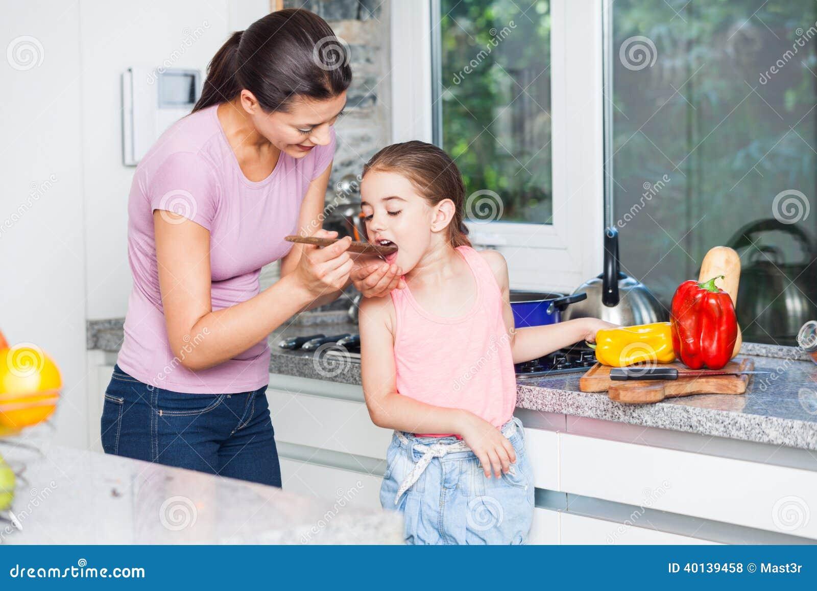 Madre e hija que cocinan en casa la cocina foto de archivo - La cocina en casa ...