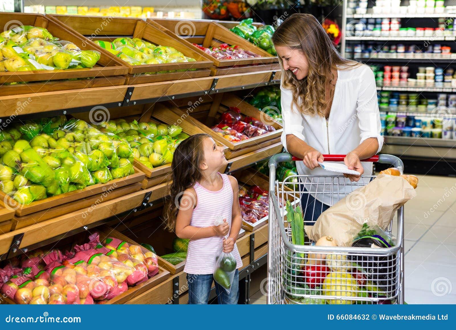 Madre e hija que hacen compras