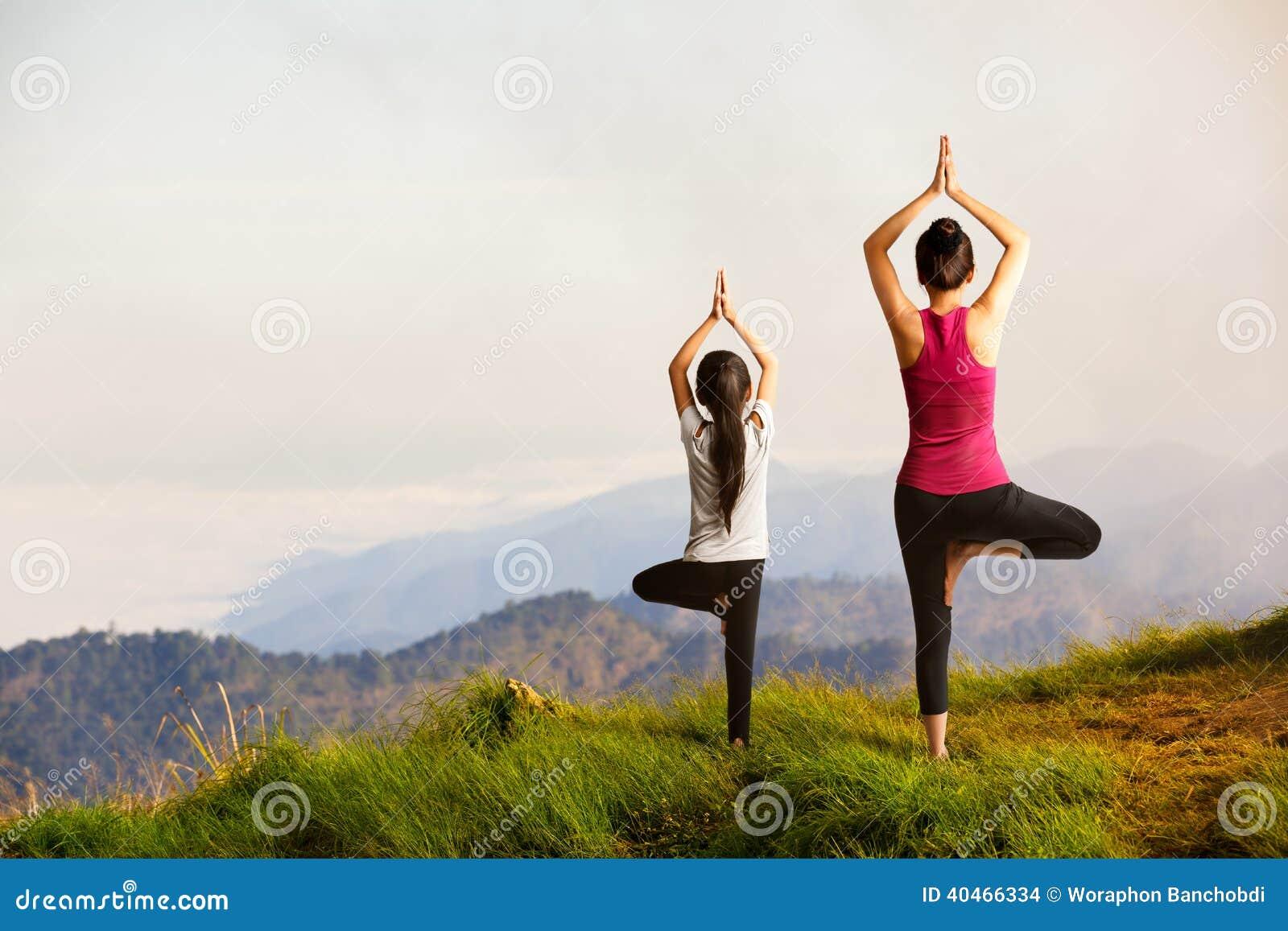 Madre E Hija Que Hacen Yoga Foto De Archivo Imagen De Enjoying