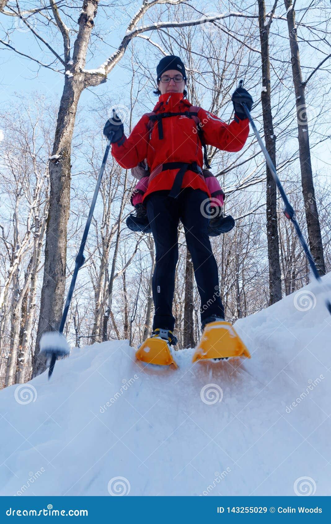 Madre e hija snowshoeing junto