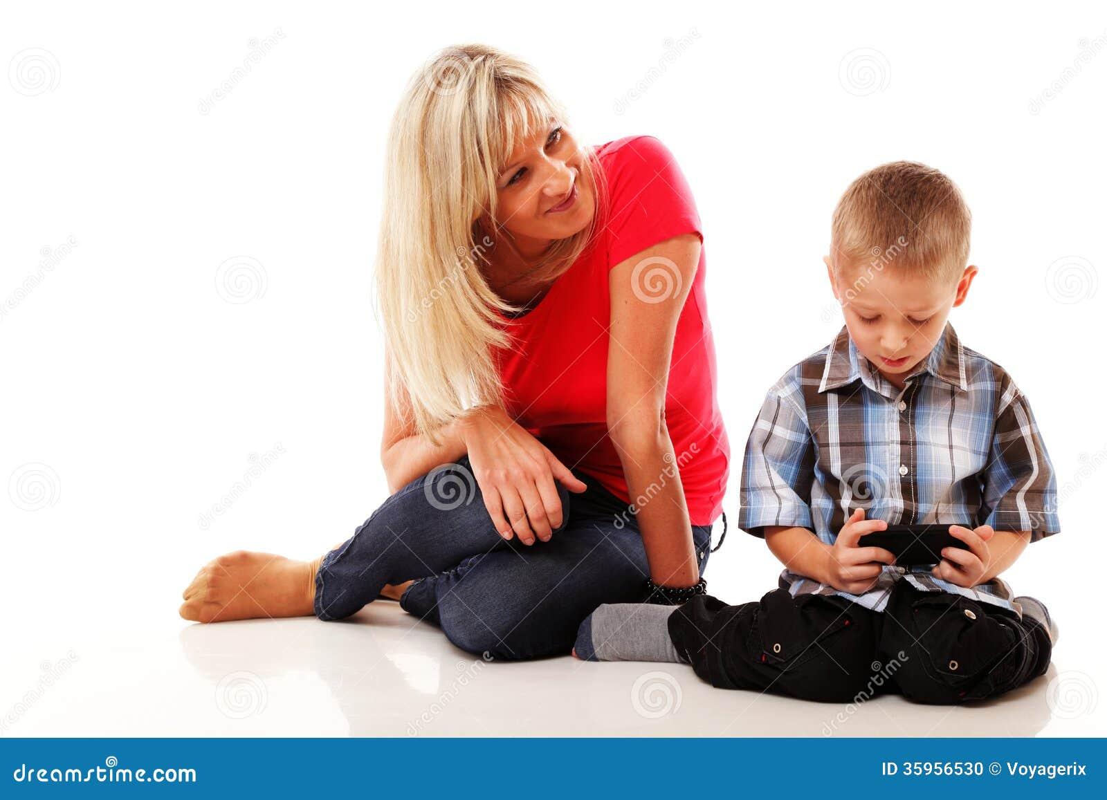 Madre e hijo que juegan al videojuego en el teléfono elegante