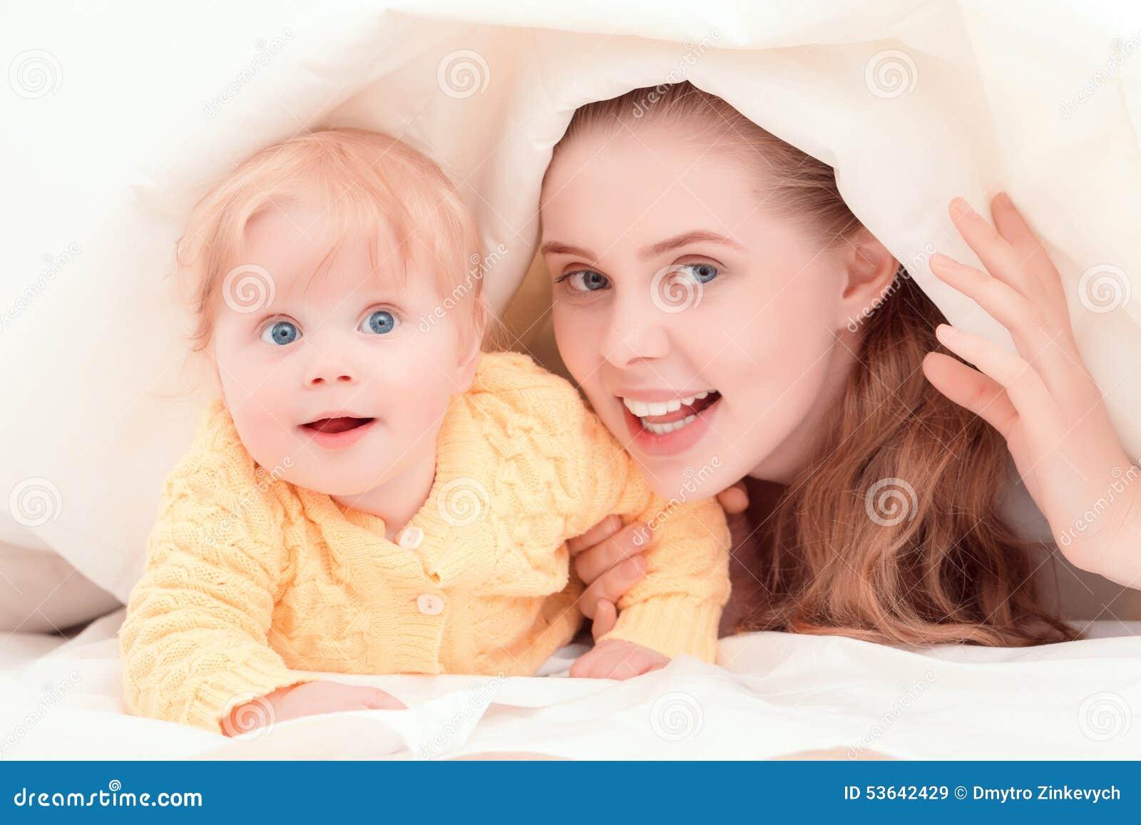 Madre ed il suo piccolo gioco del bambino