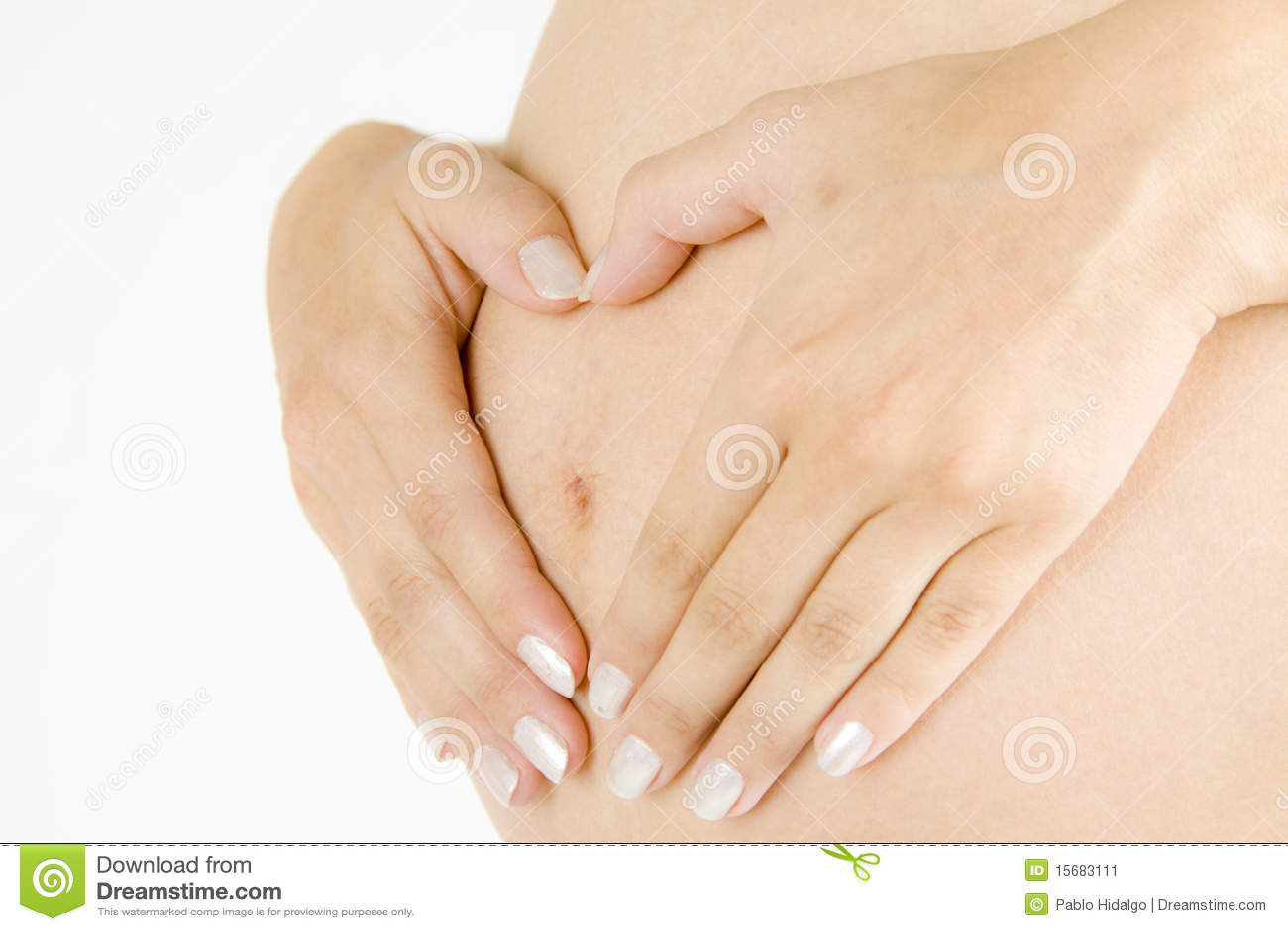 Madre embarazada con las manos en el vientre
