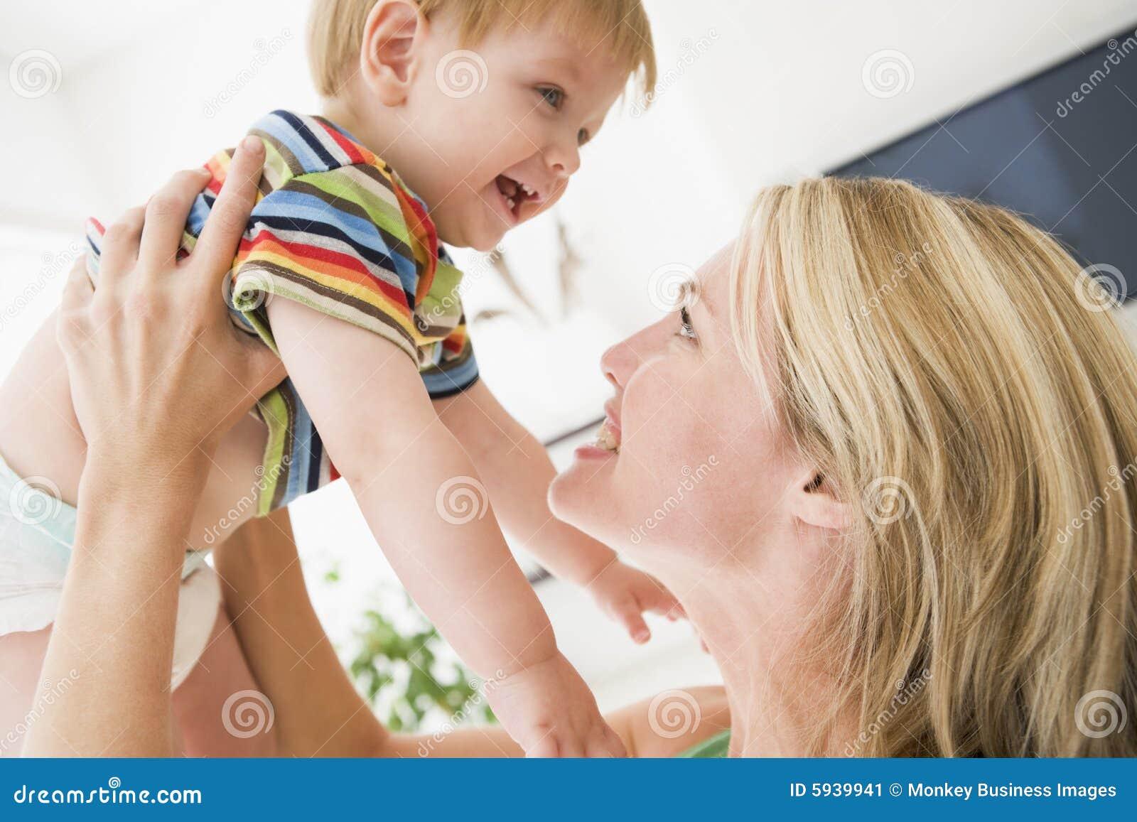 Madre en bebé de la explotación agrícola de la sala de estar
