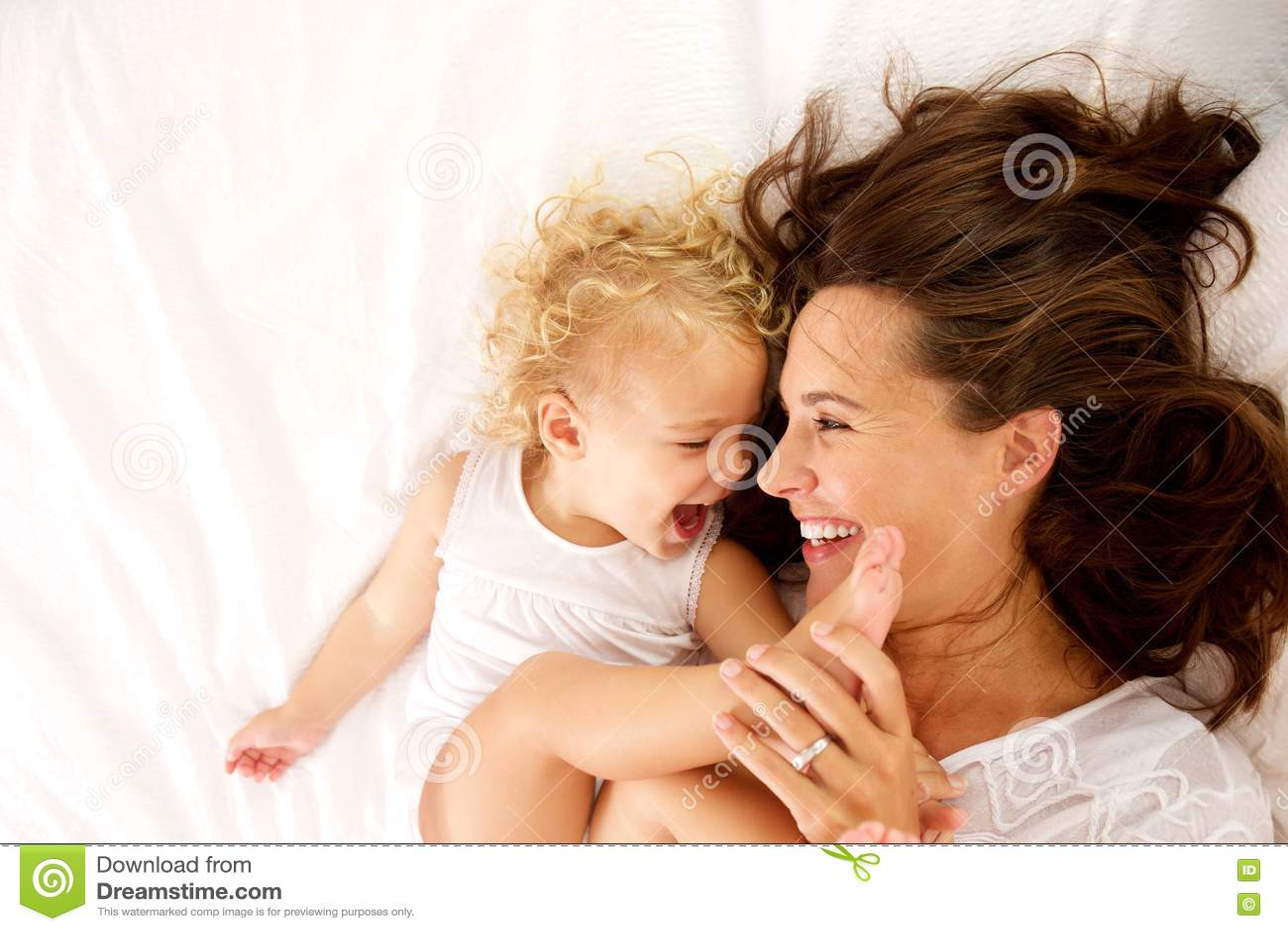 Madre felice e figlia che si trovano sul letto immagine stock immagine di figlia bello 79046085 - Letto che si chiude ...