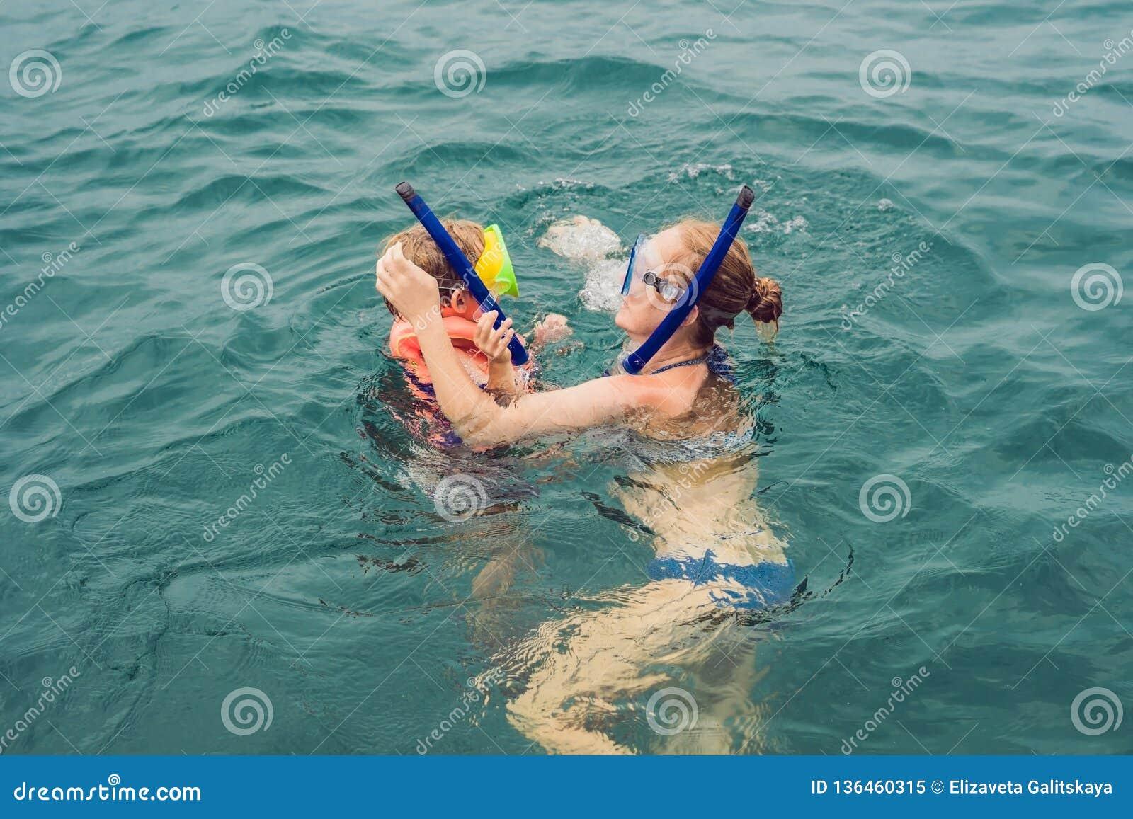 Madre felice e figlio che si immergono alla nave