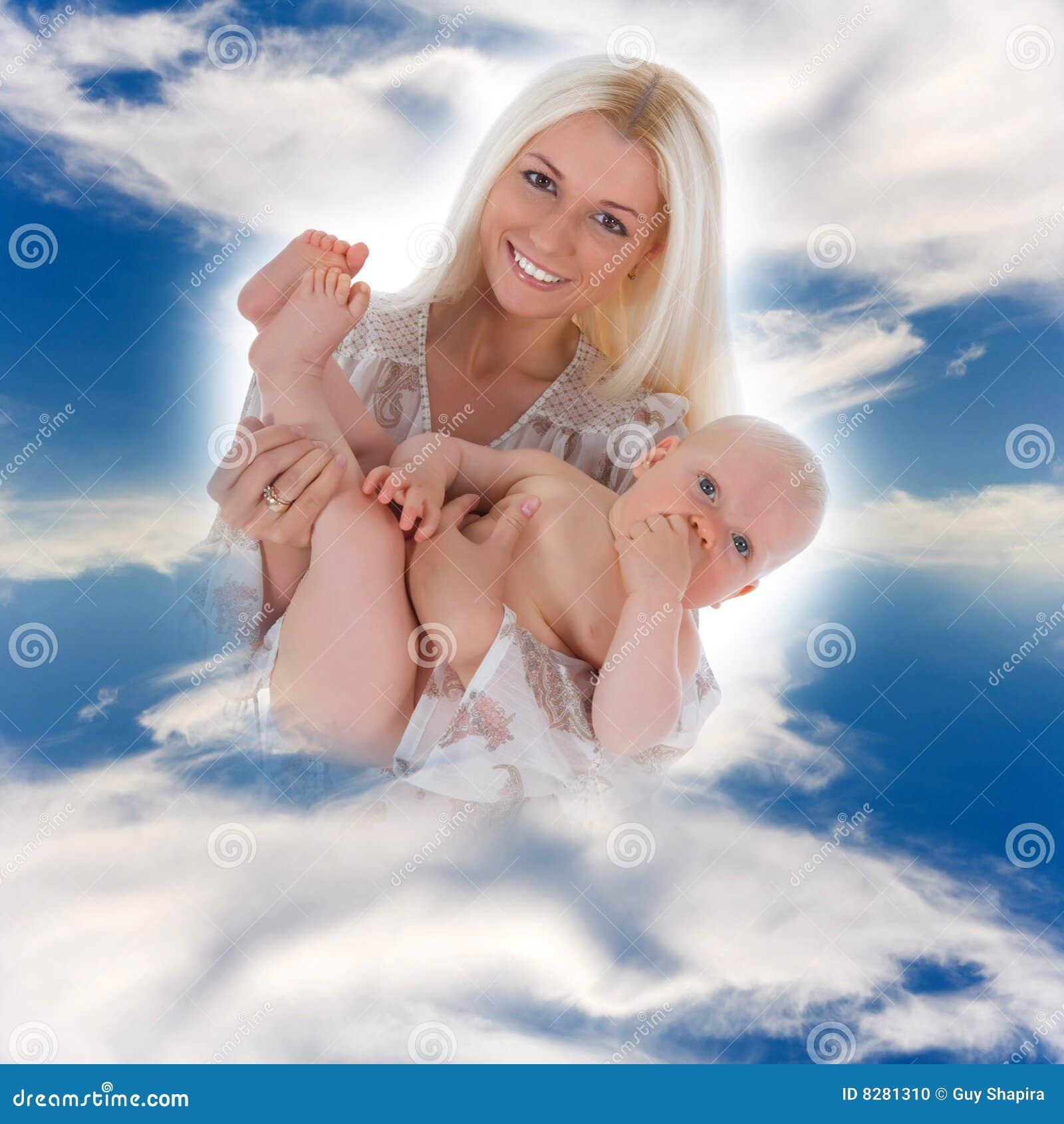 Madre feliz con el bebé