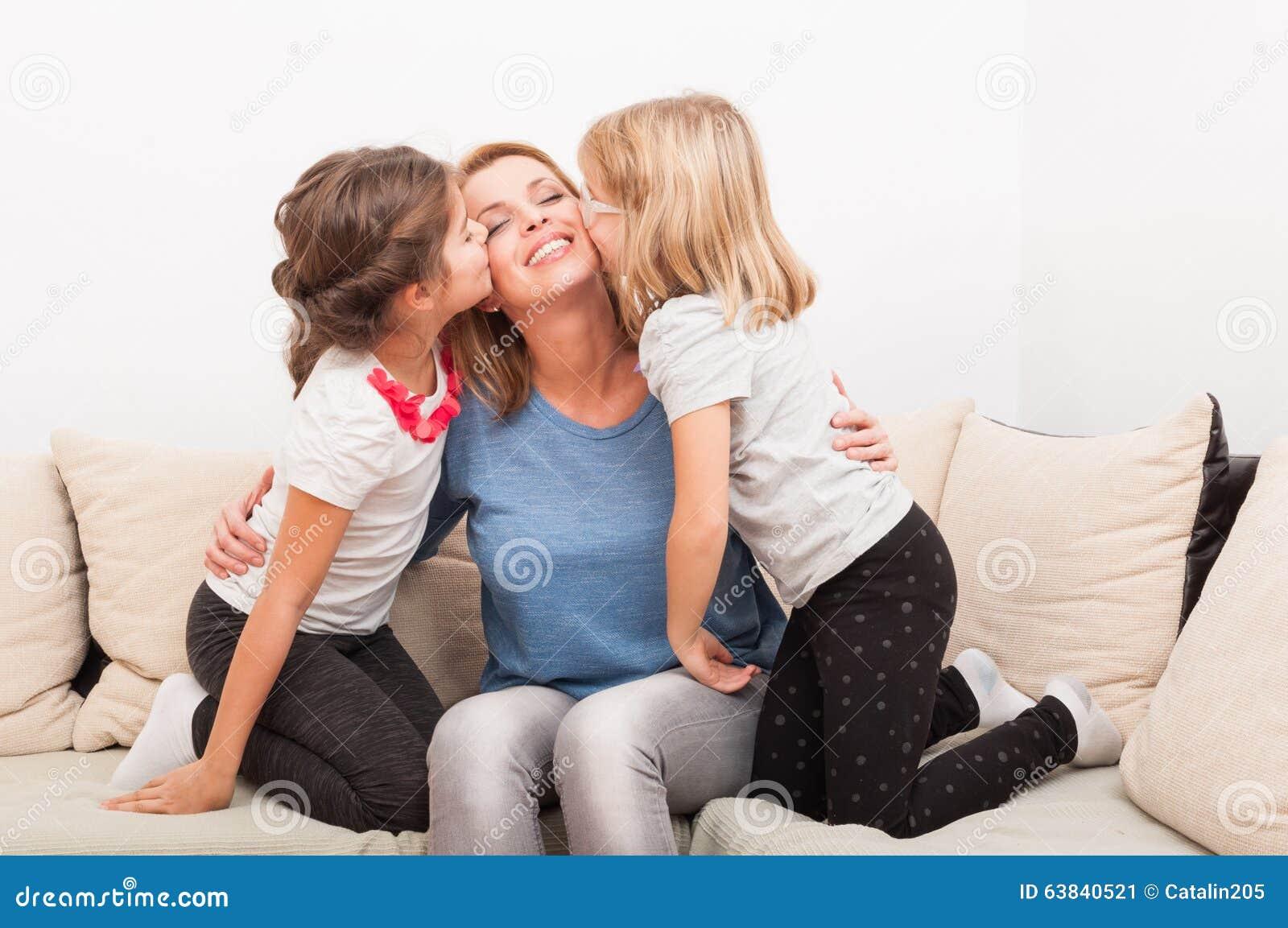 Madre feliz con las hijas jovenes