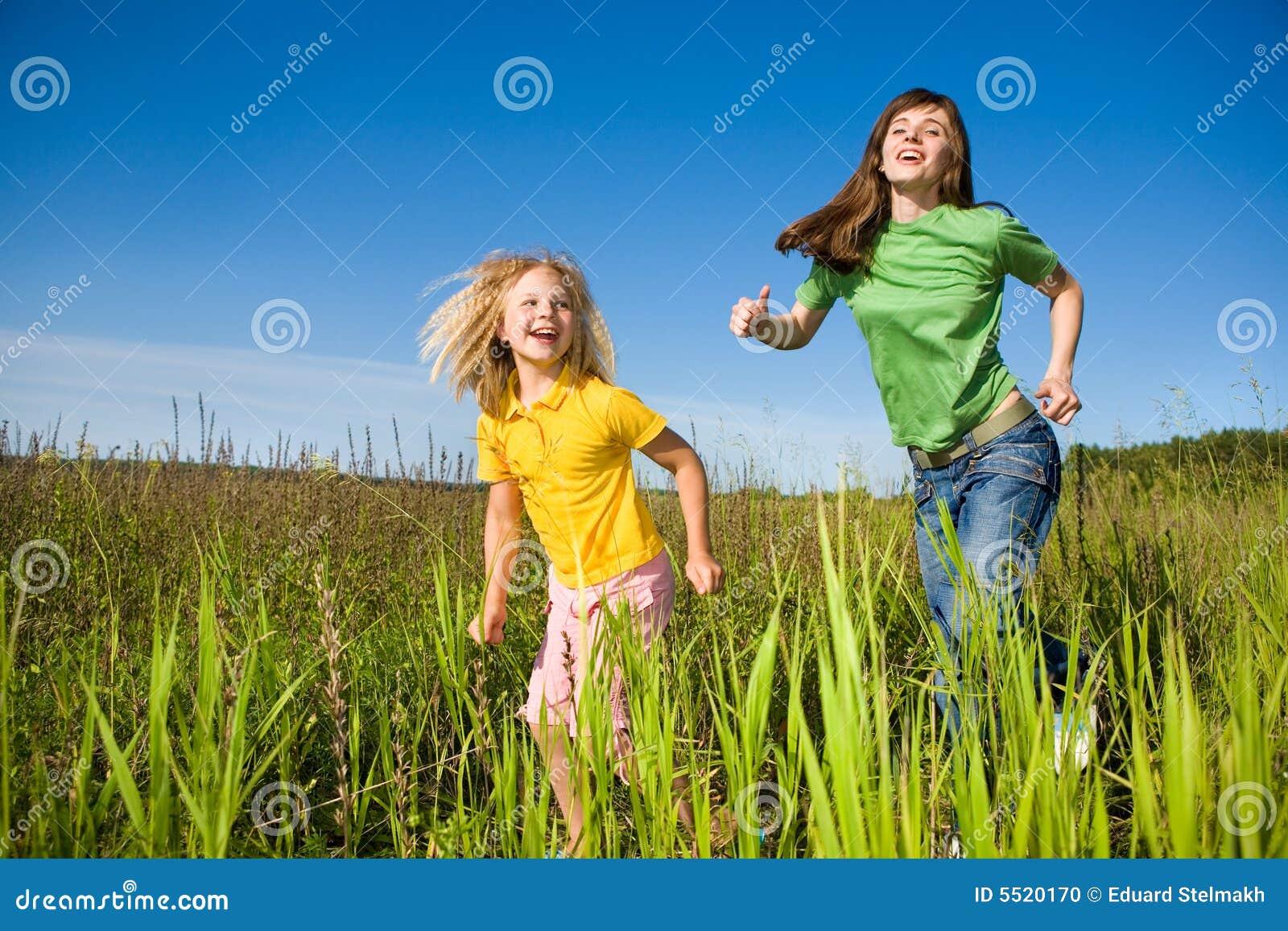 Madre feliz e hija funcionadas con en campo