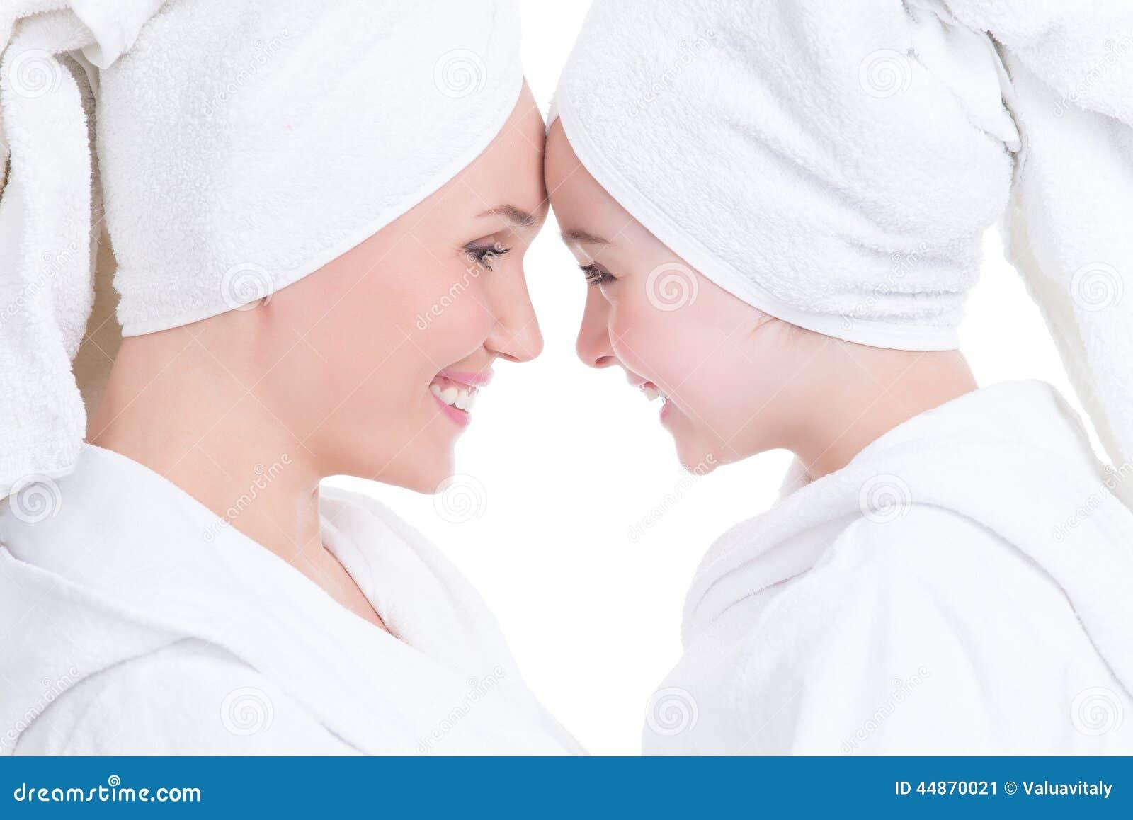Bachas Blancas Para Baño: la bata blanca miran uno a – Concepto feliz de la gente de la familia