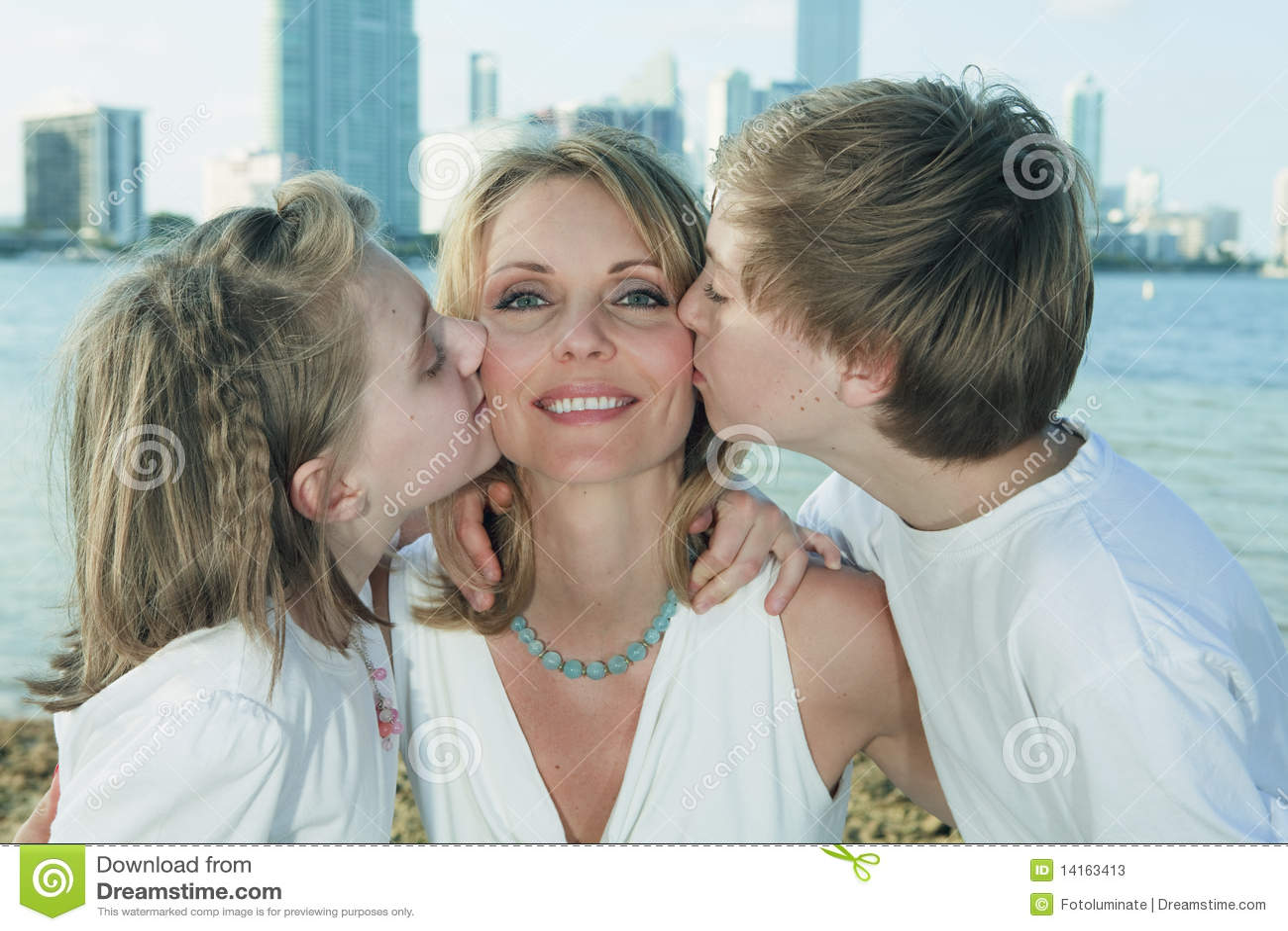 Imagenes De Madre Abrazando a Su Hijo