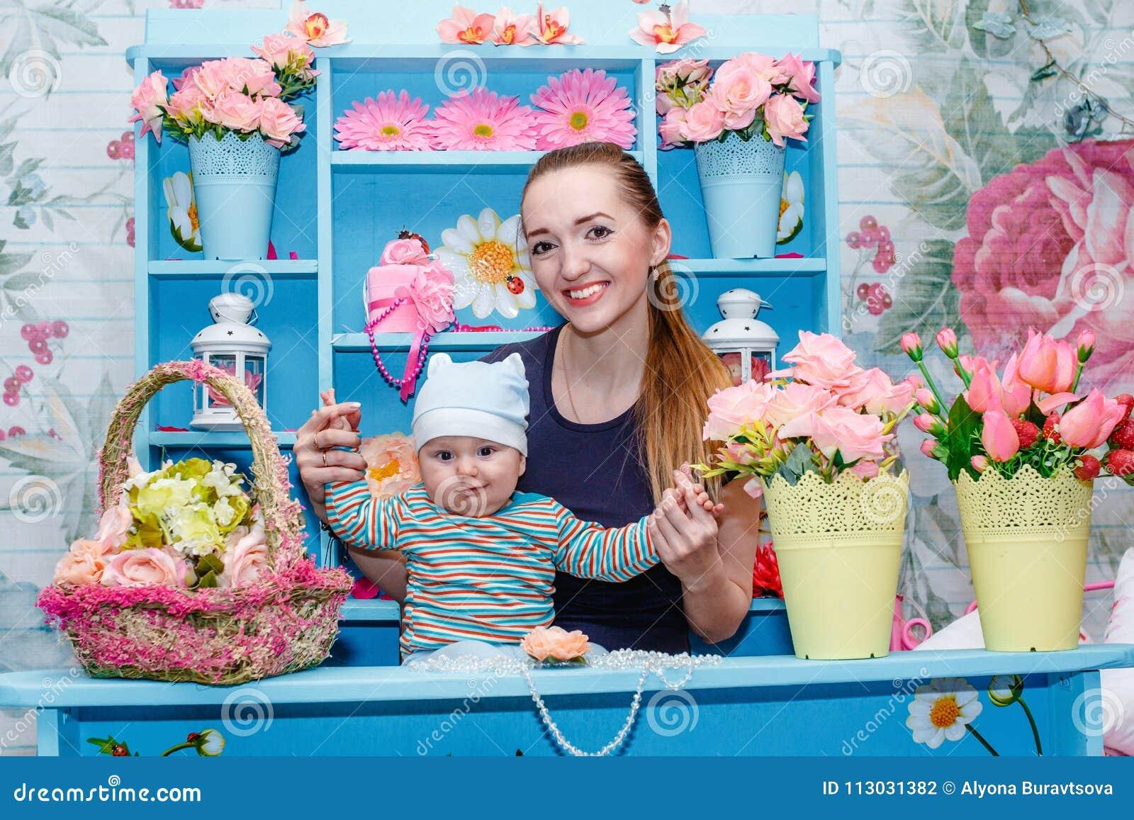 Madre joven con el bebé en sus brazos