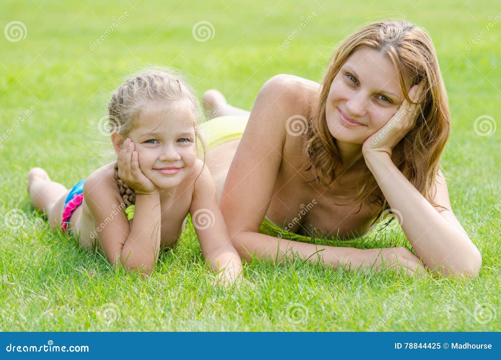 Madre Joven E Hija De Cinco Años Que Mienten En Hierba Verde Y Que ...