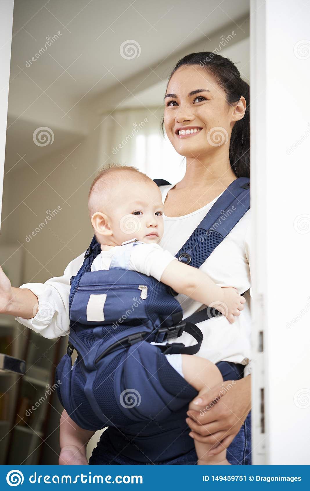 Madre joven que sale de la casa